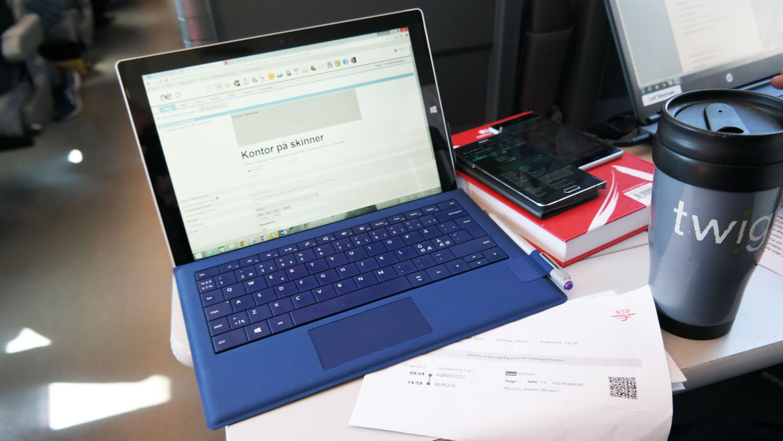 Bordet gir god plass til en bærbar PC. Her bruker vi en Surface Pro 3, som vi kan bruke hele veien uten å lade den. Vi lader likevel, siden laderen også forskyner mobilene våre med strøm. De er ikke like glade for en 6 timer togtur med skjermen tent og apper kjørende. Foto: Espen Irwing Swang, Tek.no