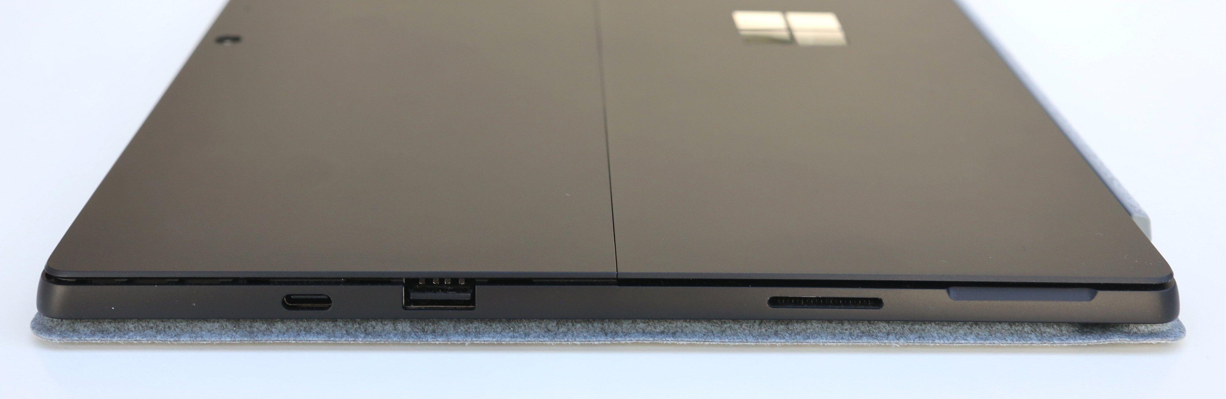 Pro 7 har USB-C, «vanlig» USB og en Surface Connect-port på den ene kortsiden.