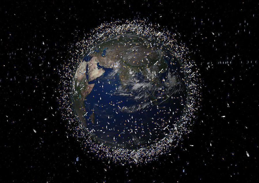 ROMSKRAP: Illustrasjonen viser satellitter og romsøppel i bane rundt jorda. Kan Kosmos 2499 rett og slett rydde rommet?