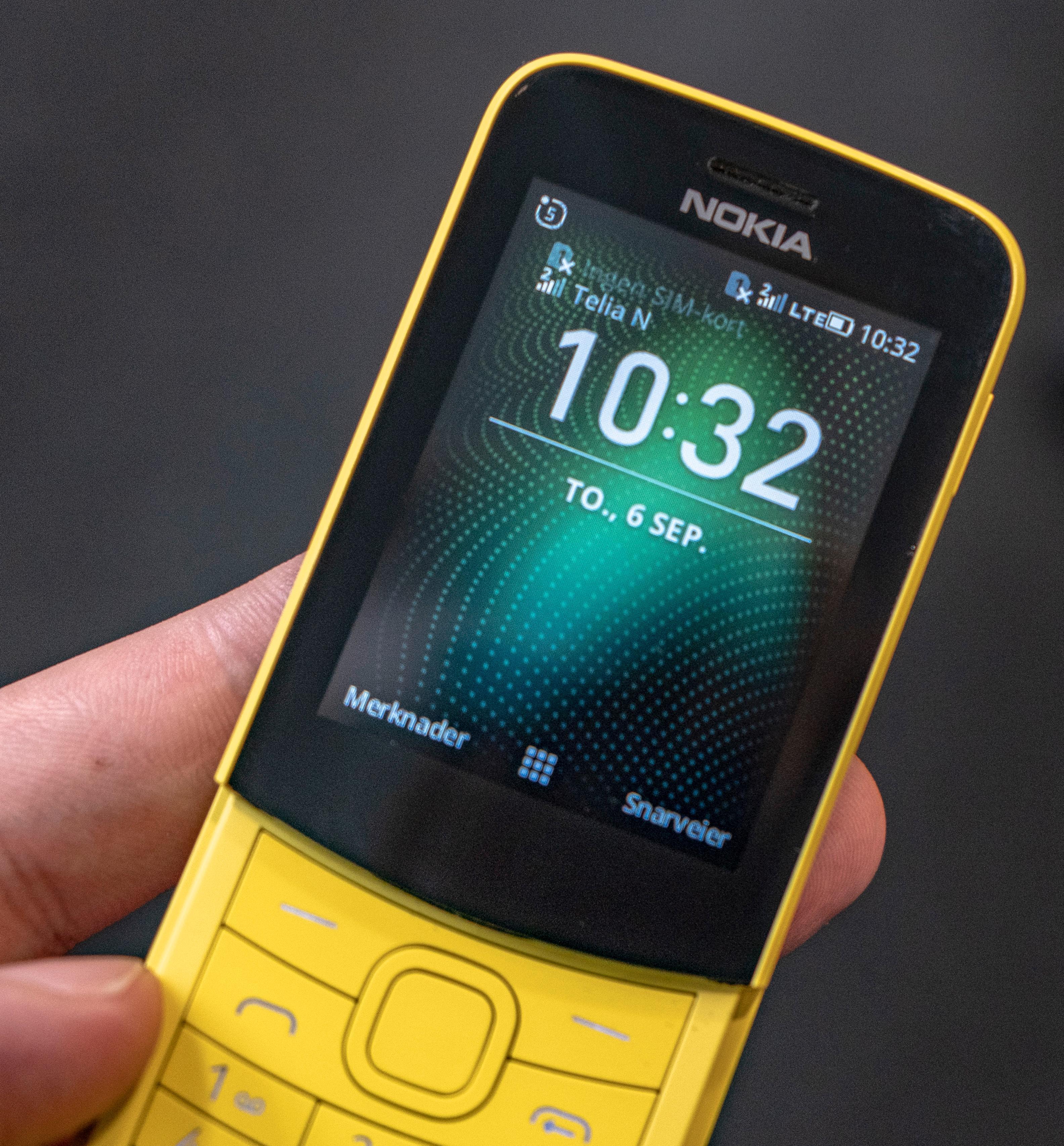 Slik ser hjemmeskjermen ut på 8110 4G. Den ser tilforlatelig ut som en av Nokias gamle knappofoner, men her er det et langt mer komplekst operativsystem som kjører – uten at du får særlig nytte igjen for det.