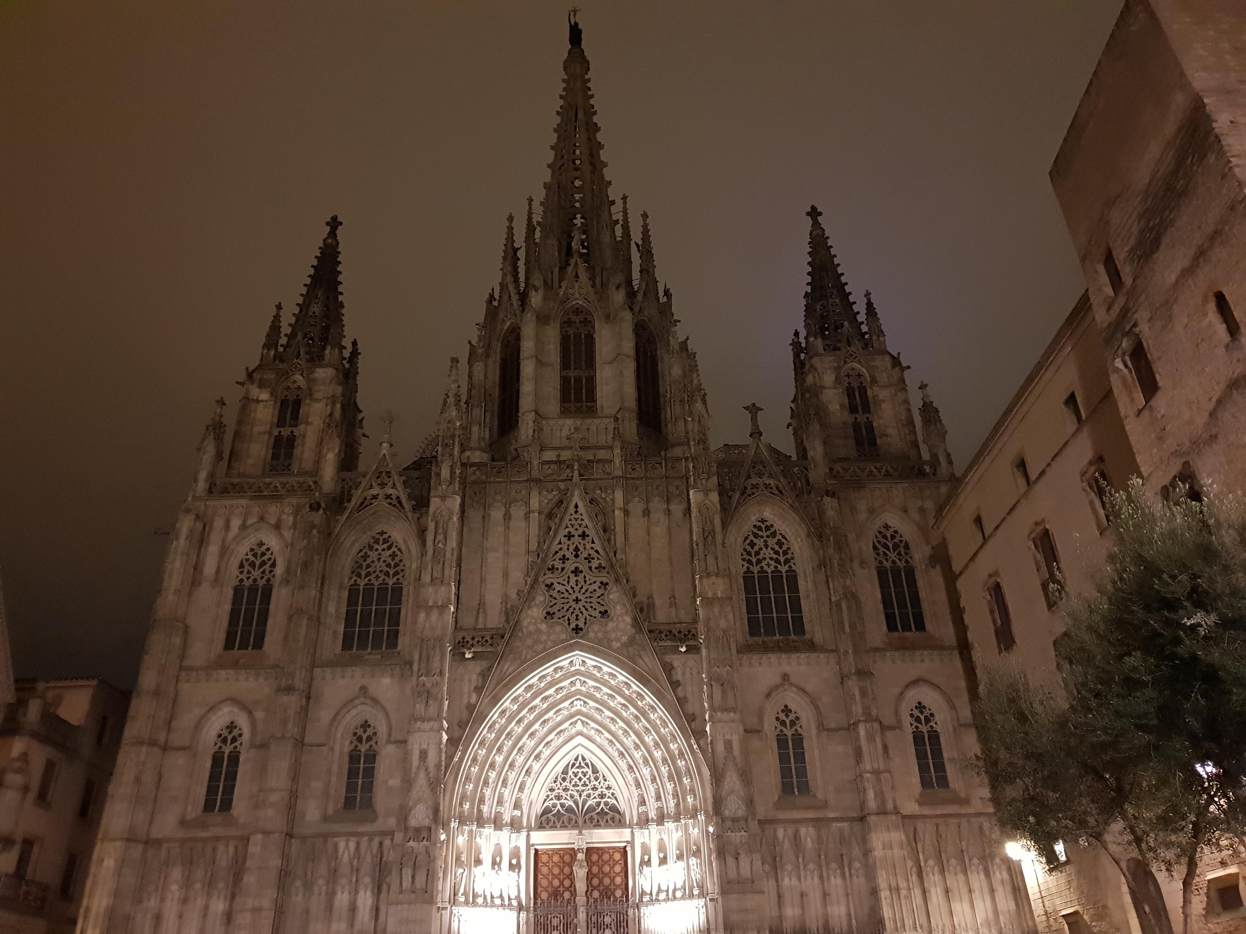 Kirke i Barcelona i relativt mørke.