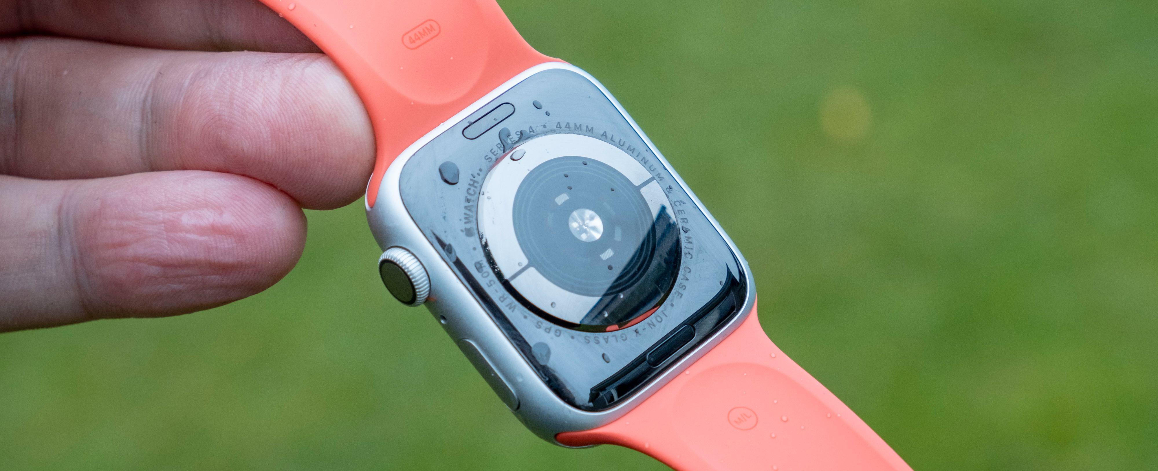Metall under klokka og i den digitale kronen på siden av klokka gjør at klokken har alt den trenger for å ta en EKG-måling. Men appen blir ikke tilgjengelig før i desember, og da kun for amerikanere. Om den kommer hit i det hele tatt er foreløpig uvisst.