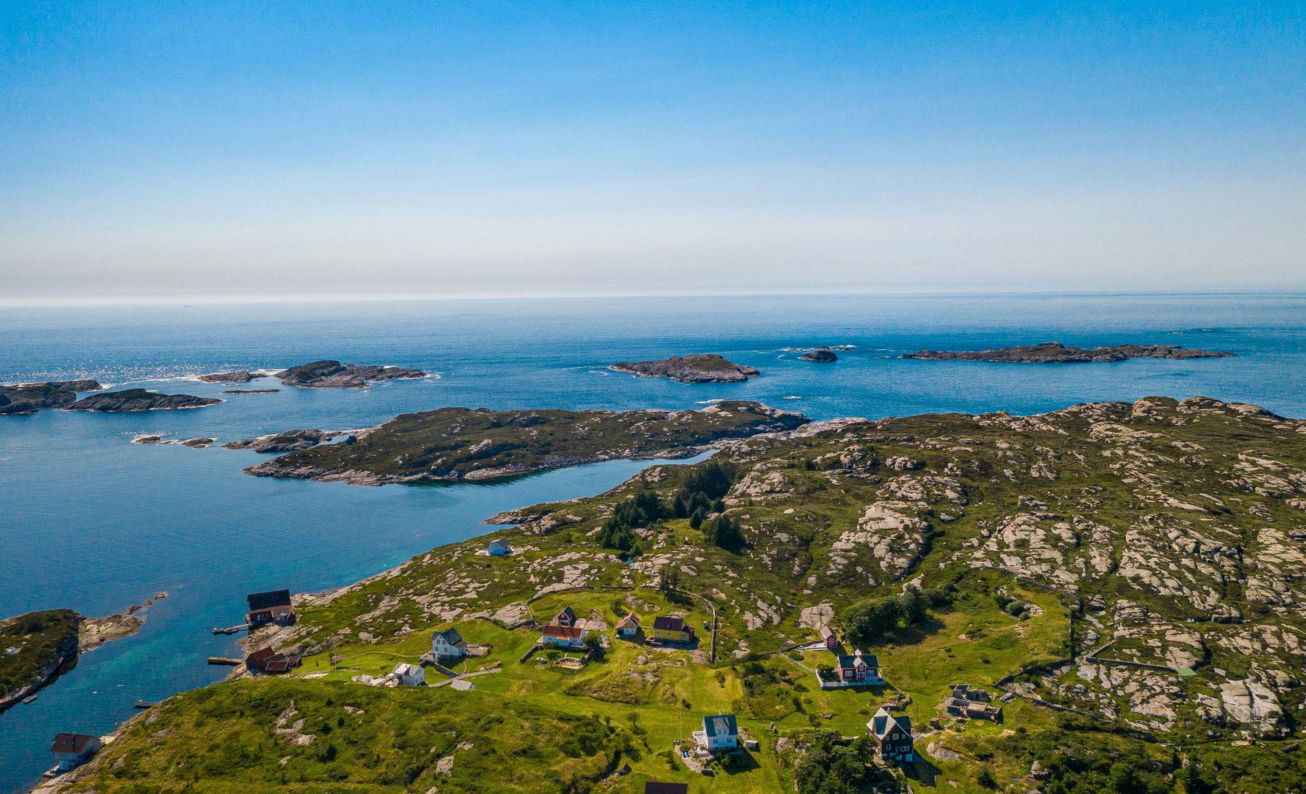 For rundt hundre år siden var det et lite fiskerisamfunn her ytterst i havgapet. Per i dag er det ti fritidshus på øyen.