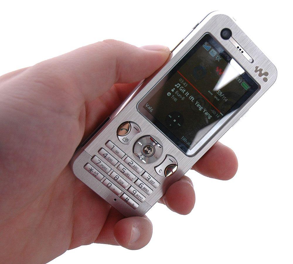 Telefonen ligger godt i handa.
