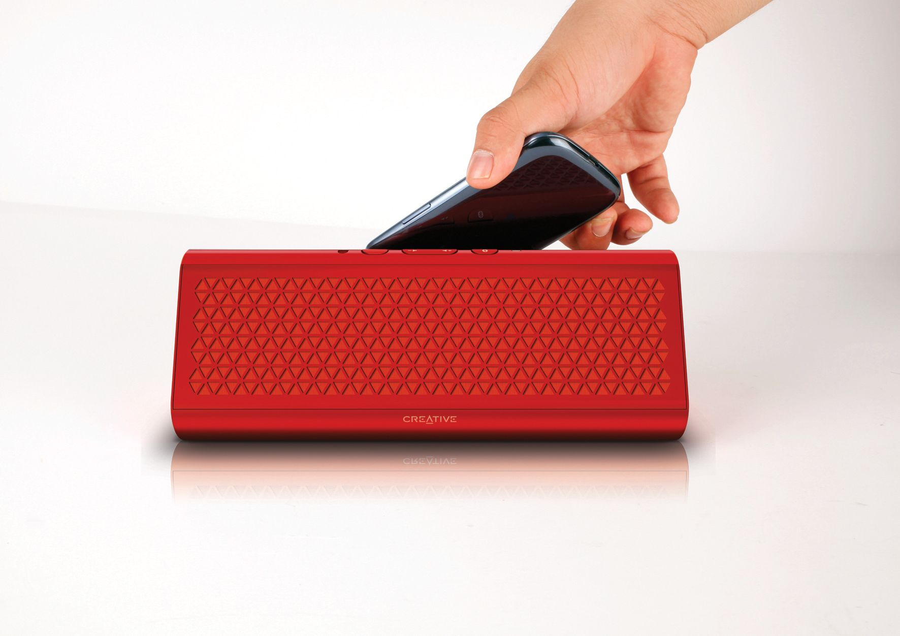 Hold telefonen inntil høyttaleren for å koble de to sammen. Foto: Creative