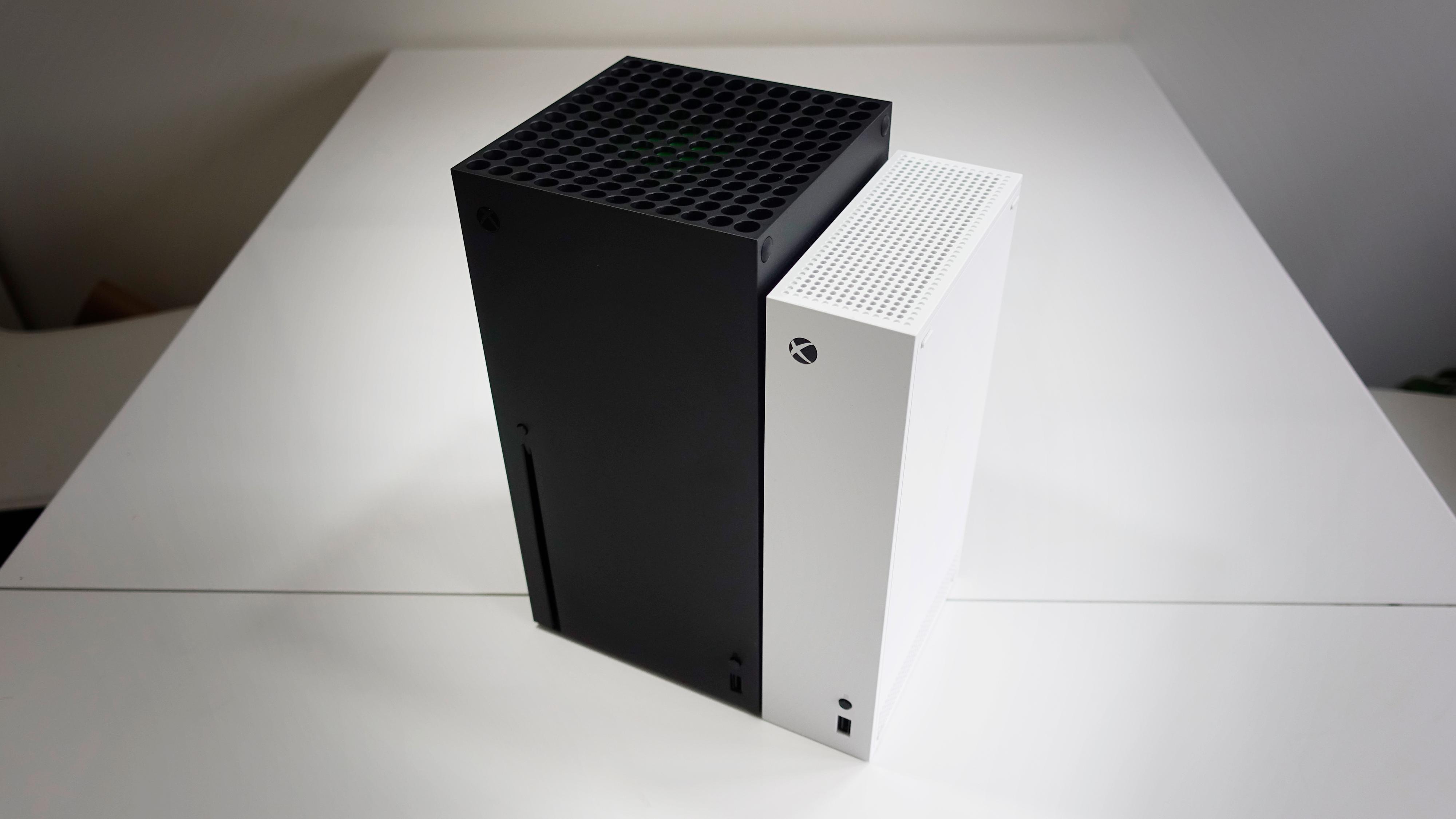Series S (hvit) er mindre både i høyde og bredde enn den massive Series X.