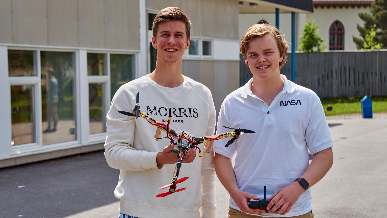 Ole Sagen (venstre) og Amund Augustinus Lundeby Grønvold (høyre) med sin symmetriske, tre-armede drone.