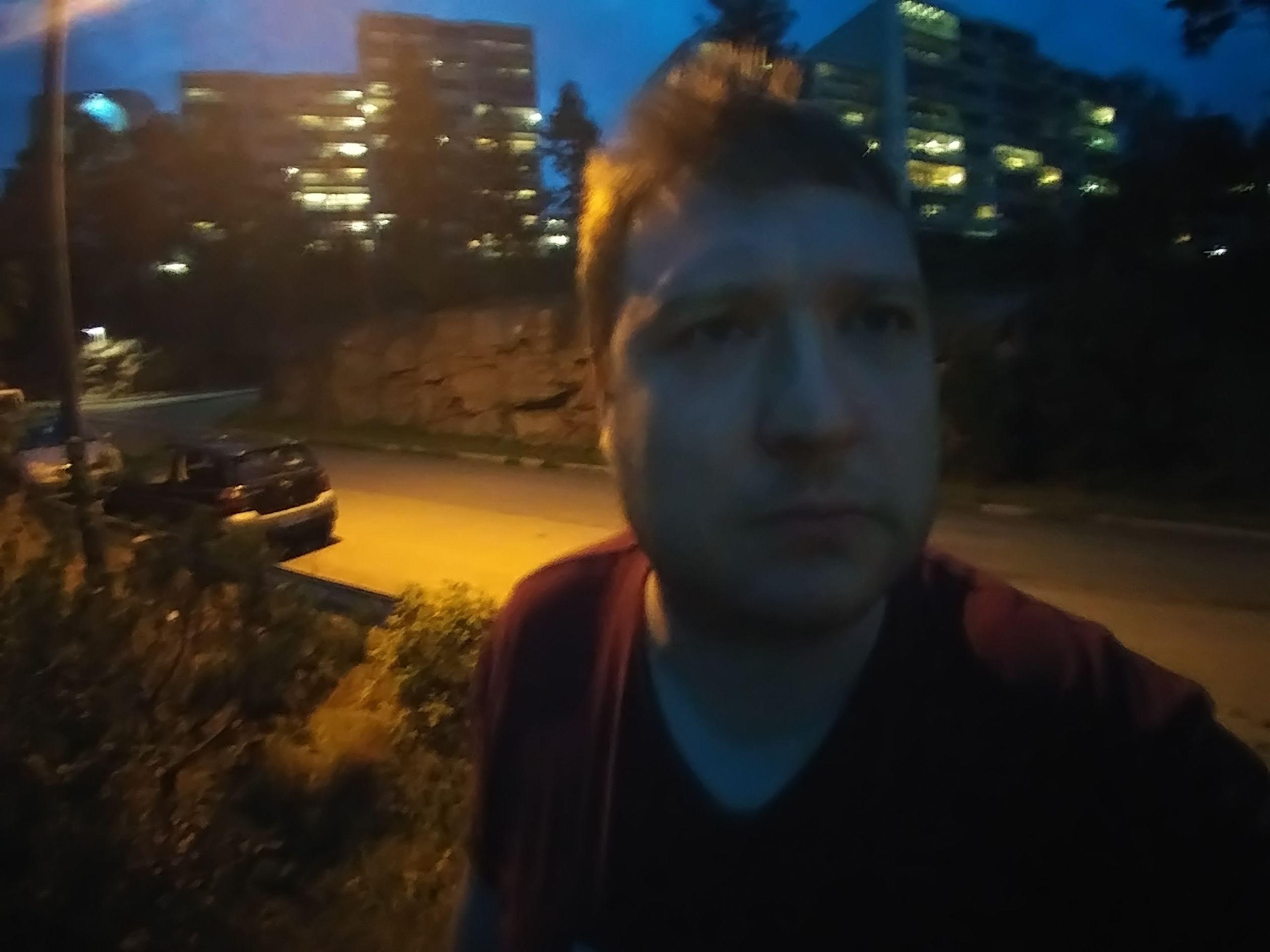 Selfie i mørket. Kimchi! Kimchi! Kameraet skal adlyde stemmekommandoer, men en tropisk bråkebøtte av en vind overdøvet meg.