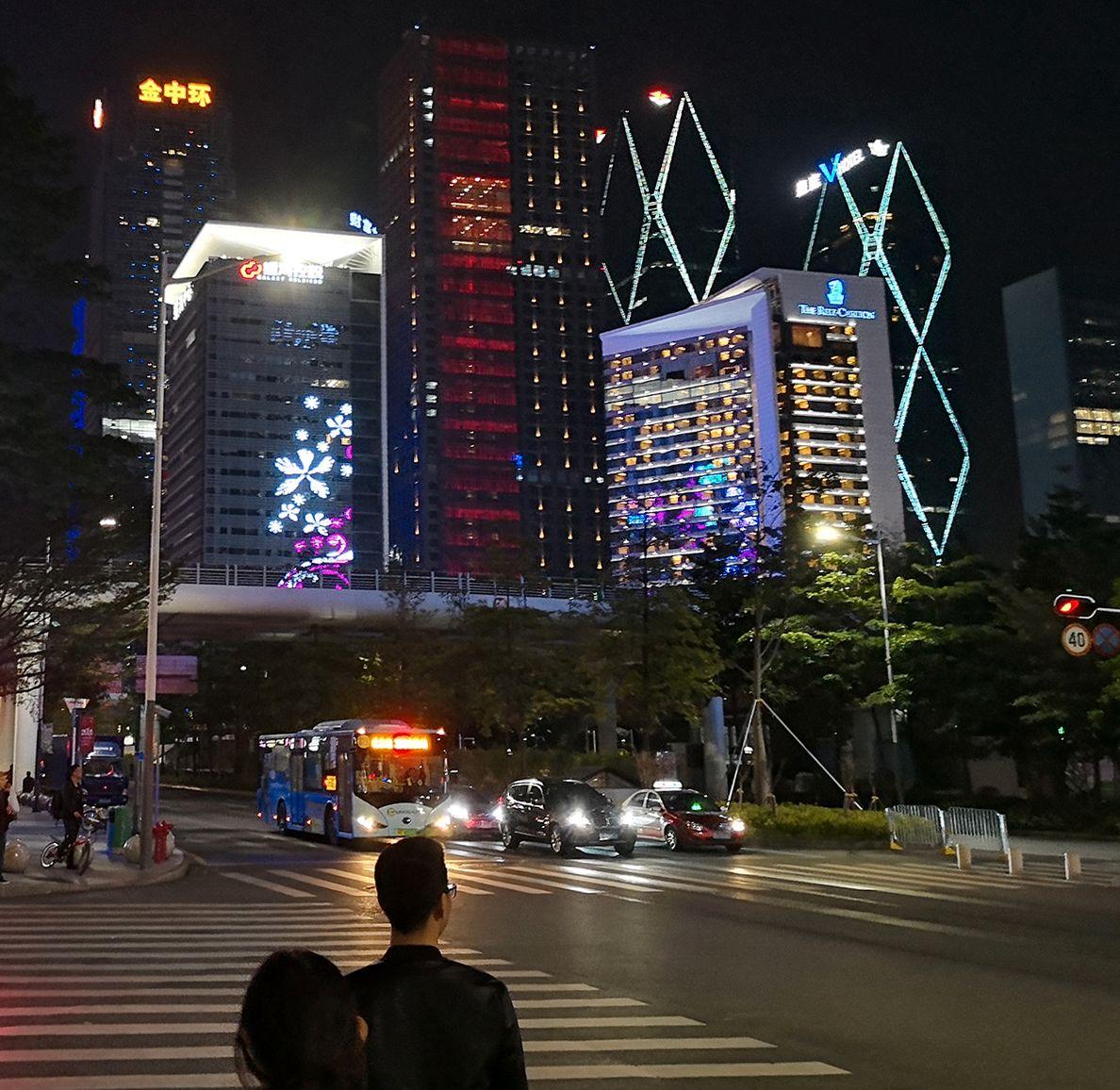 Shenzhen var blant byene som prøvde ut de grønne skiltene først. Der kryr det også av elbiler generelt, og Teslaer spesielt. Løsningen utvides nå til resten av Kina.