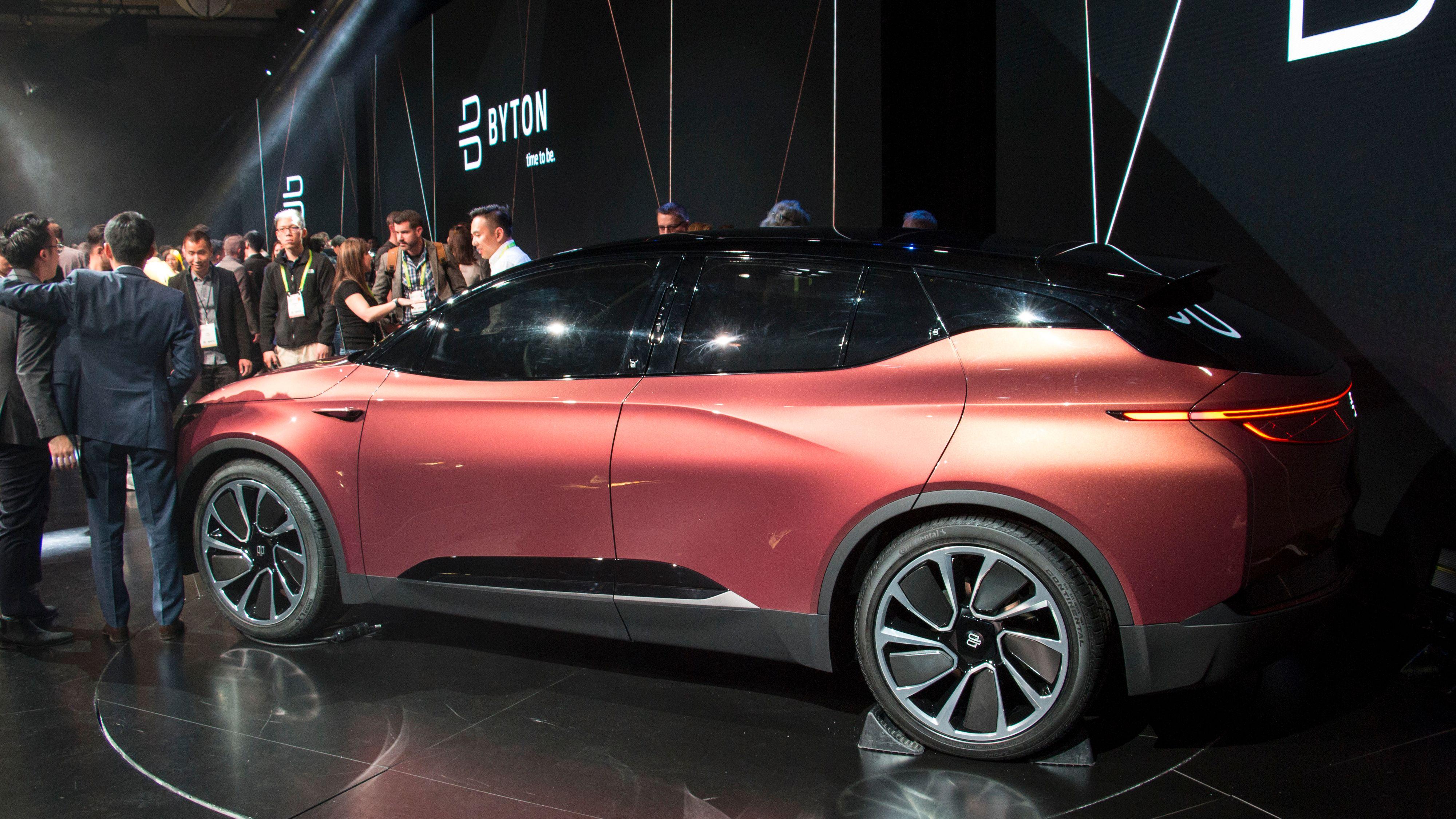 Byton-bilen har ikke synlige dørhåndtak, ingen antenne på taket og heller ingen sidespeil. Bilde: Stein Jarle Olsen, Tek.no