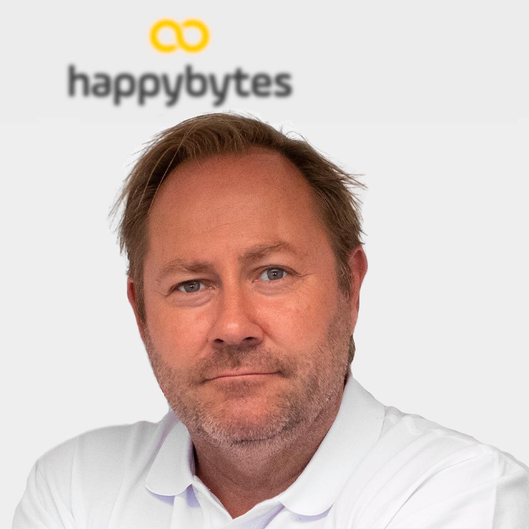 Happybytes-sjef Thomas Sandaker tilbyr noen av de rimeligste abonnementene på markedet. Han mener norske mobilbrukere finner seg i for mye.