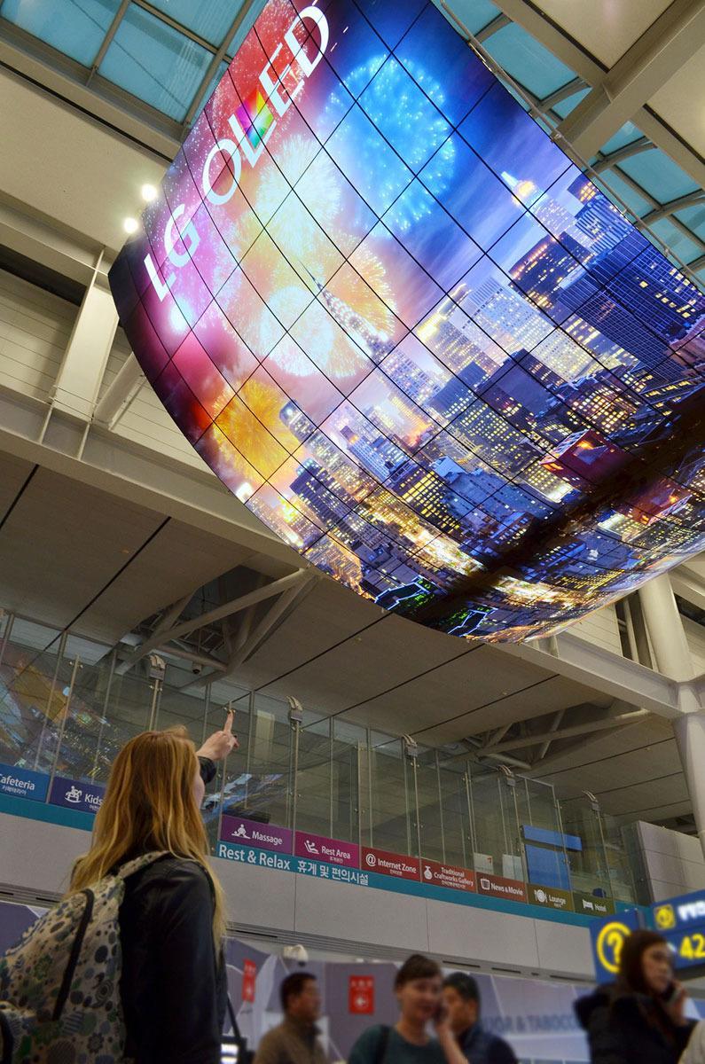 LG sier ingenting om oppløsningen på skjermene, men vi antar at det er <em>minst</em> 290 millioner piksler som henger i taket. Foto: LG