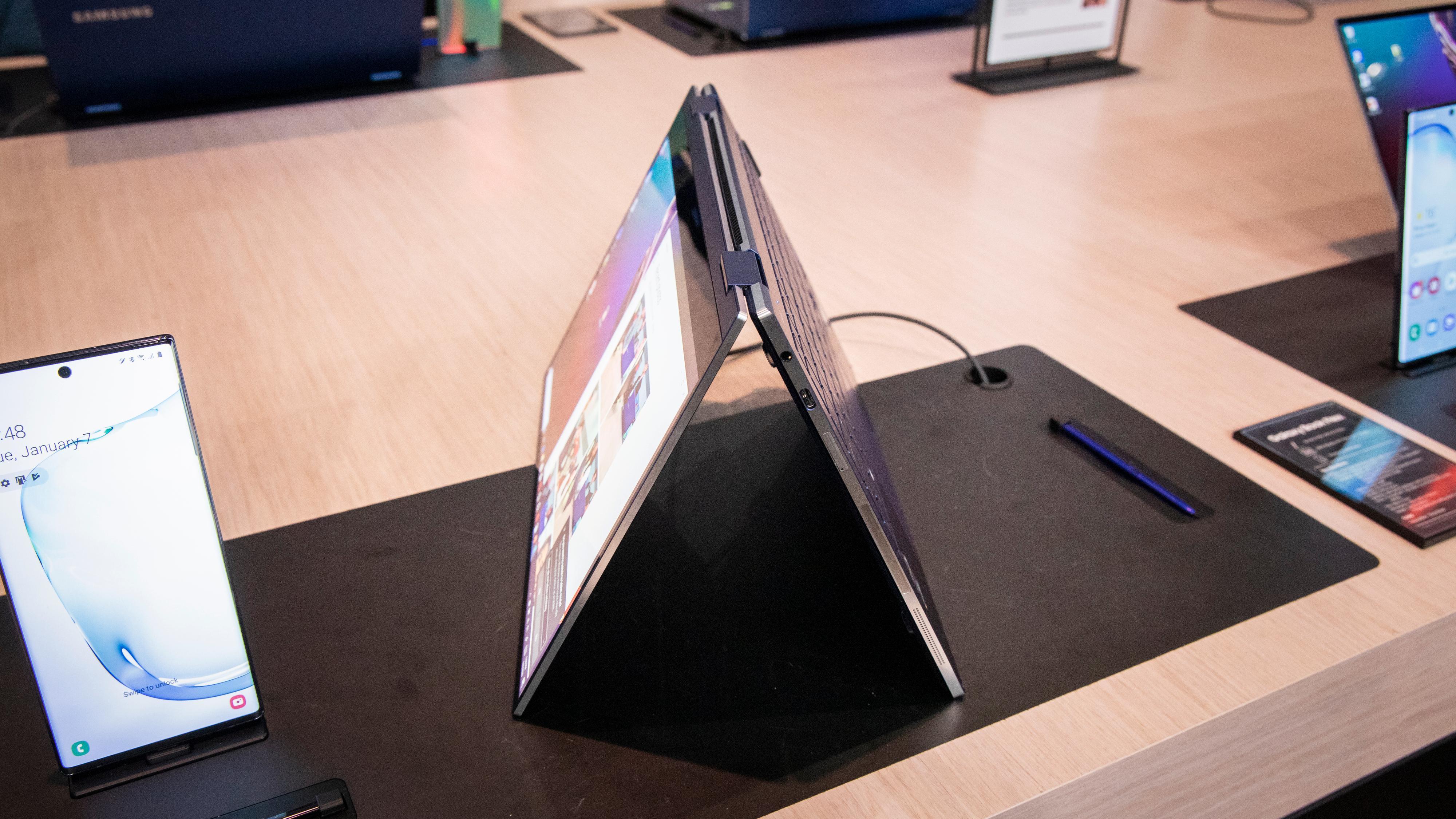 Galaxy Book Flex er en annen lett og kompakt maskin som kommer i 13- og 15-tommersvarianter, men den har en hengsel som lar deg bøye skjermen hele veien rundt og i praksis bruke den som et nettbrett. Skjermen er for øvrig av QLED-typen, og innvendig finner vi en tiendegenerasjons Intel Core-prosessor med enten «vanlig» integrert grafikk eller den kraftigere Intel Iris Plus (og Nvidia Geforce MX250 i 15-tommeren). Maskinen kommer ellers med Wi-Fi 6-støtte og veier 1,16 kilo i 13-tommersvarianten. De vil sannsynligvis bli noe dyrere enn Galaxy Book S.