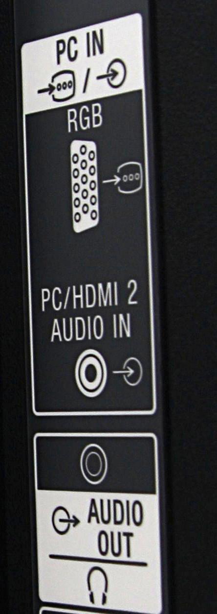 Her ser du hodetelefonutgangen med både «Audio out», samt runding med pil ut og PC-tilkoblingen med både tekst og bekrivende tegn med pil inn.Foto: Roy Arne Christiansen, Hardware.no