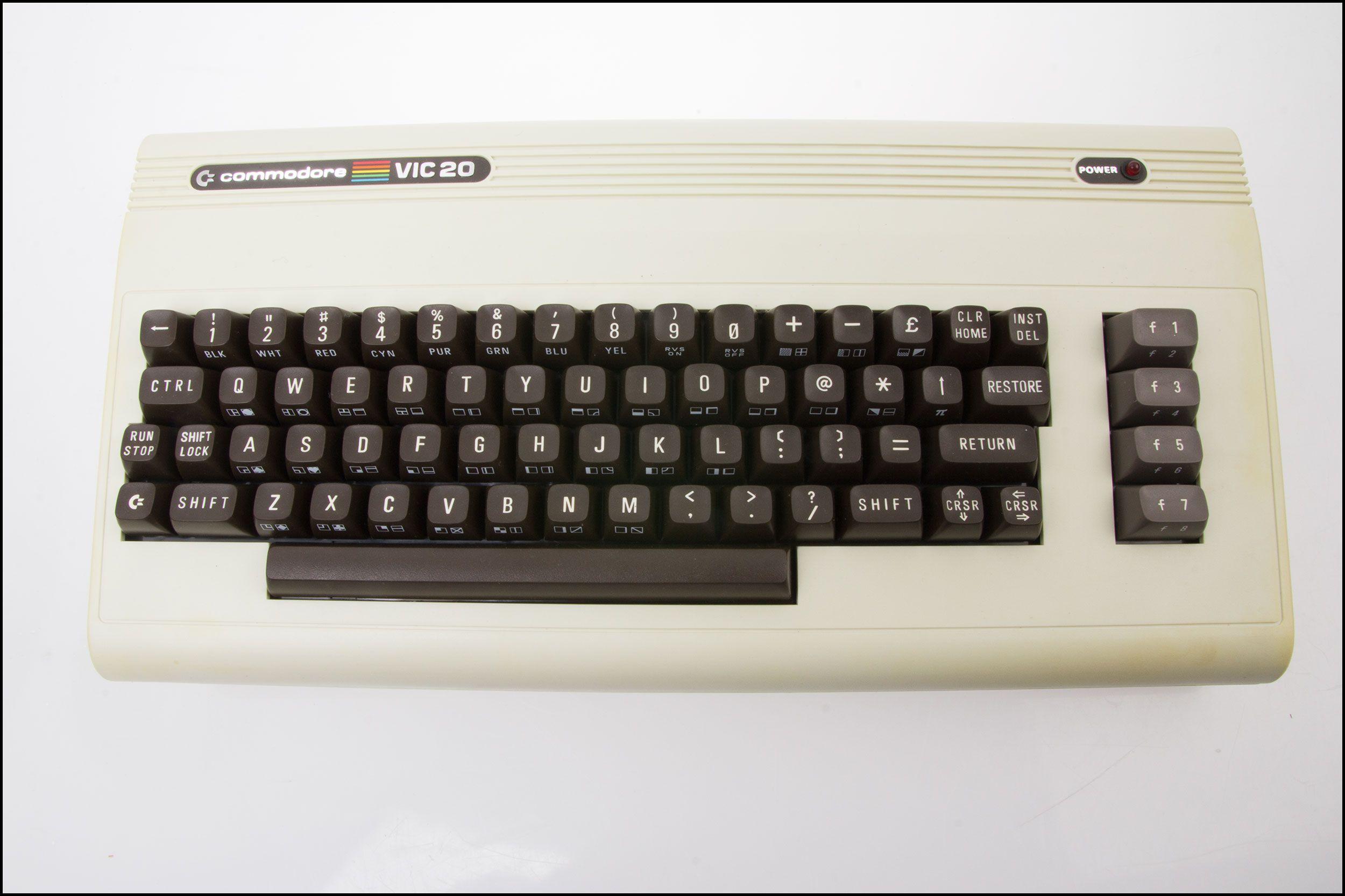 Tastaturet er mekanisk, og på toppen har du en rekke funksjonsknapper.Foto: Jørgen Elton Nilsen, Hardware.no