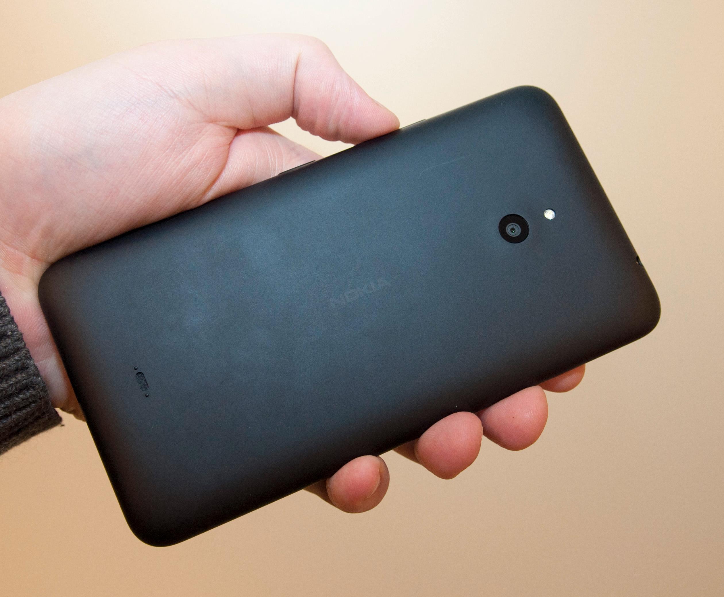 Det er ikke så voldsomt mye å si på designen til Lumia 1320. Den har nemlig svært lite utsmykking, og ser nesten ut som prototypen på en firkantmobil med skjerm.Foto: Finn Jarle Kvalheim, Amobil.no