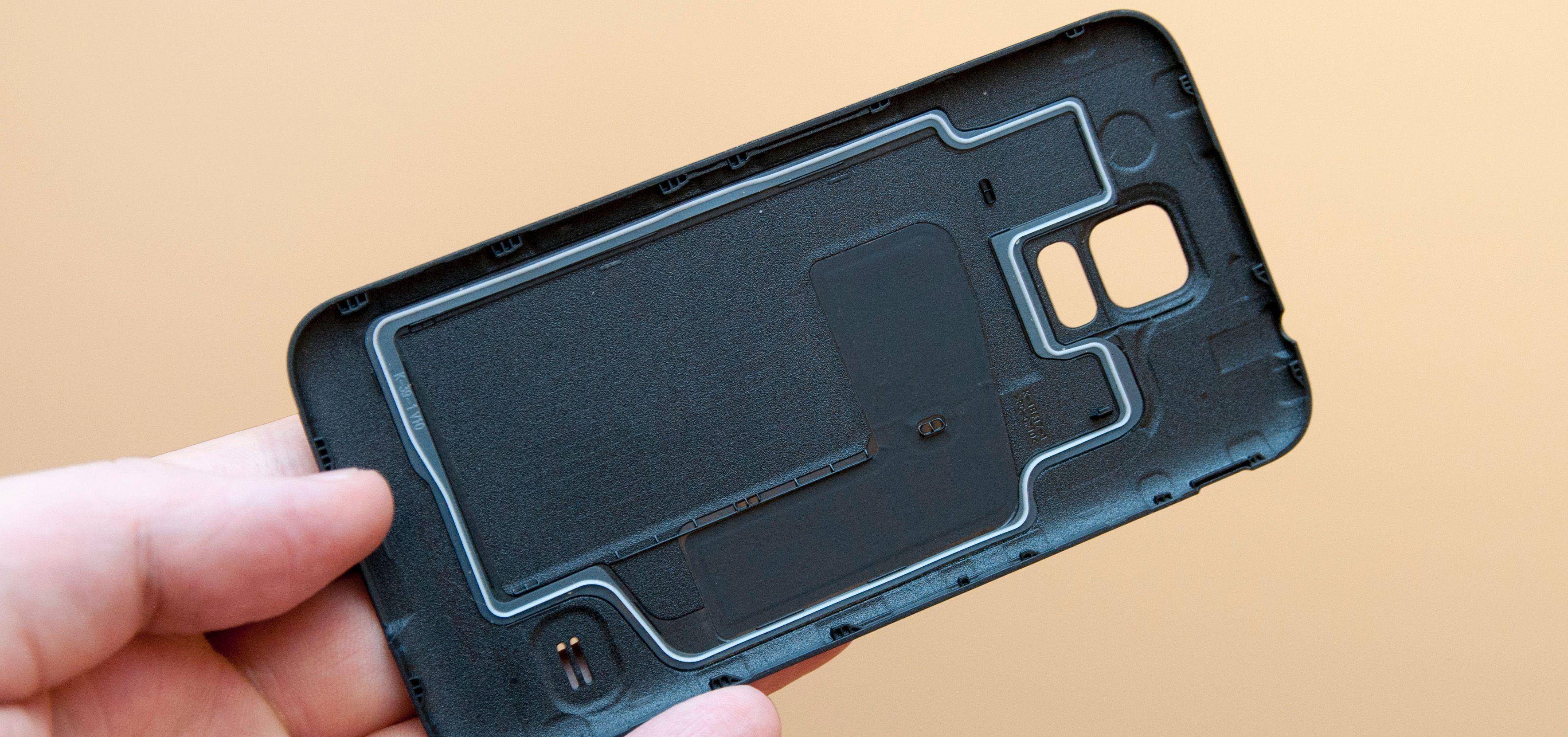 Pakningen på undersiden av bakdekselet avslører at Galaxy S5 er vanntett.Foto: Finn Jarle Kvalheim, Amobil.no