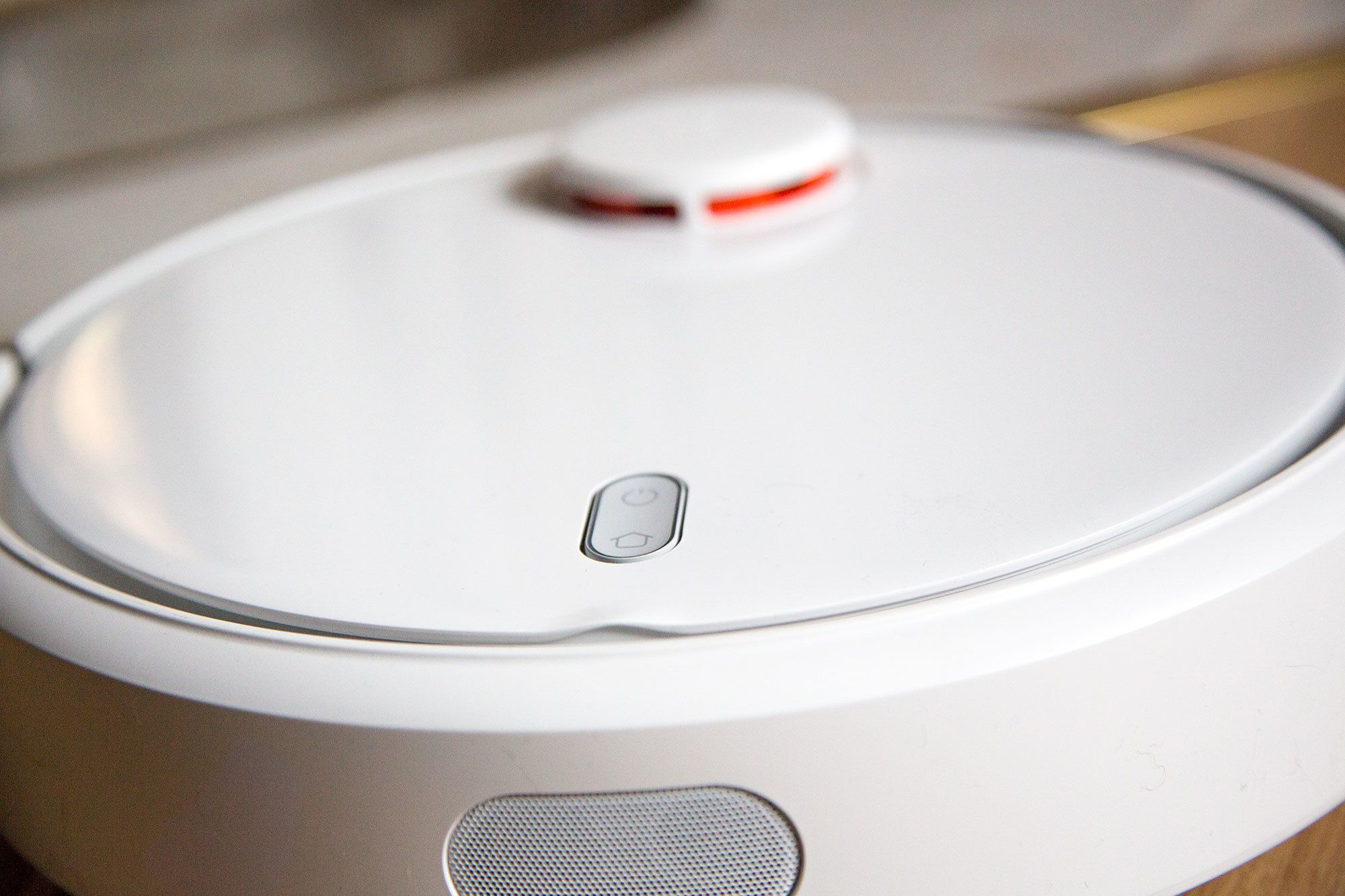Støvsugeren har ingen skjerm og kun to knapper på toppen.