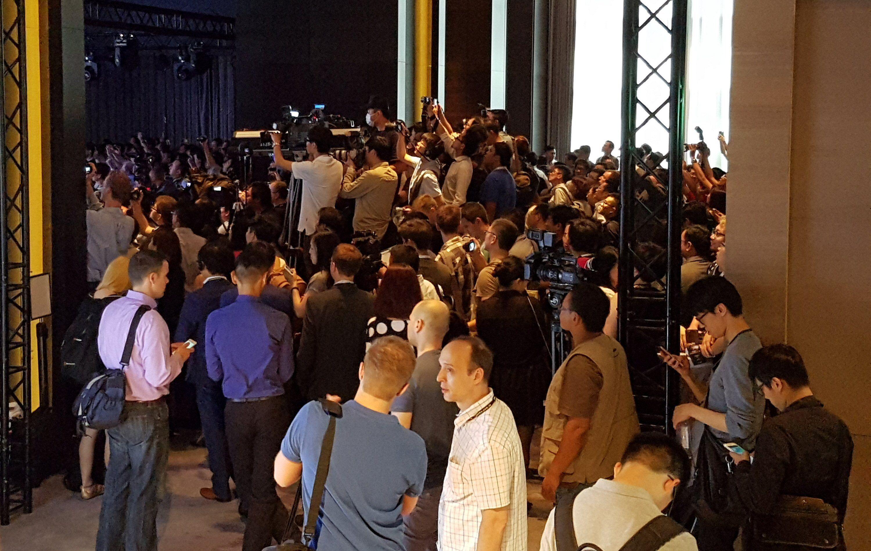 Sirkus Asus. Scenen er inne til venstre der et sted...