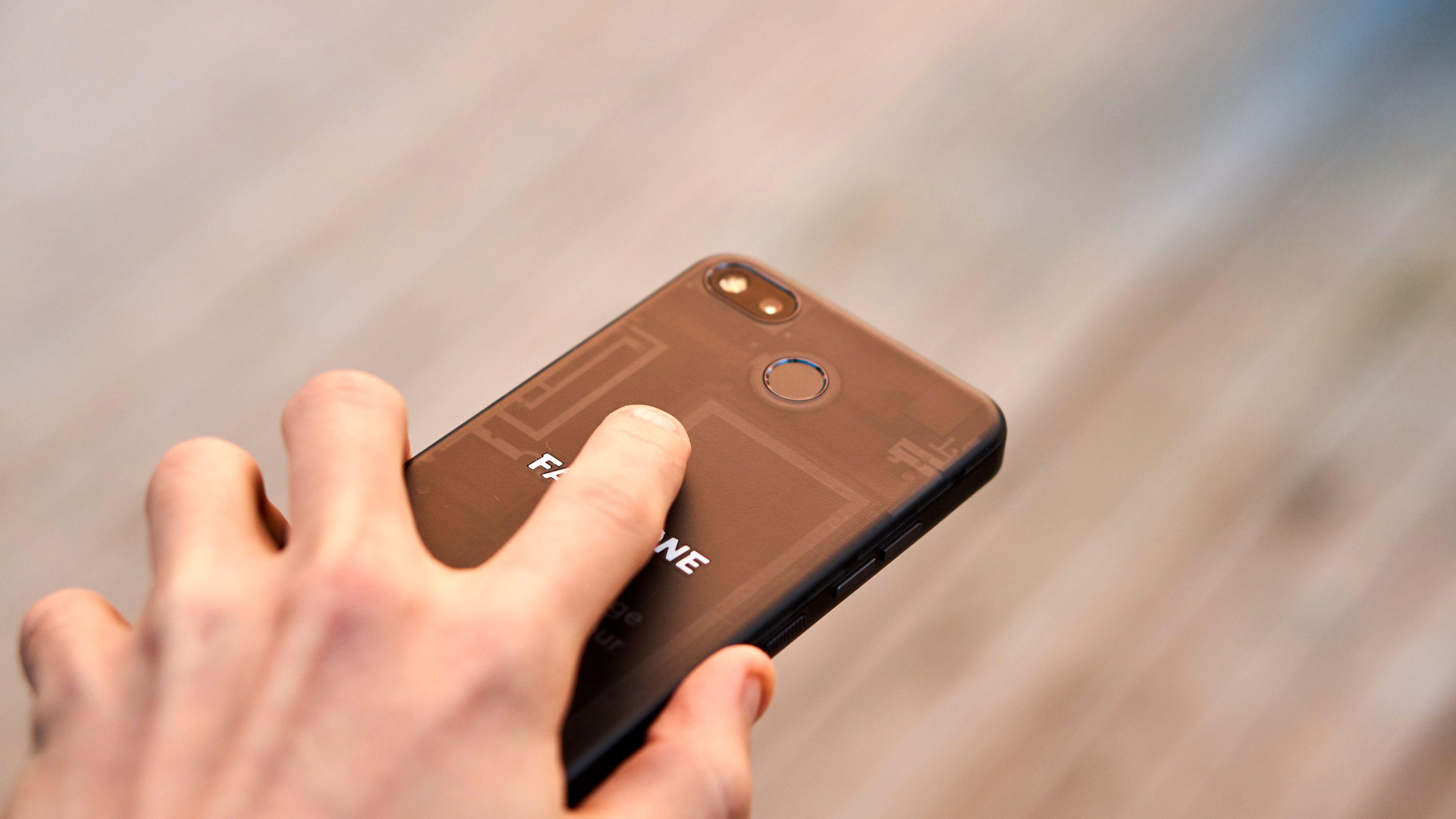 Fingeravtrykksleseren er ikke spesielt rask, og er plassert ekstremt høyt opp på baksiden – noe som gjør den ubehagelig å bruke.