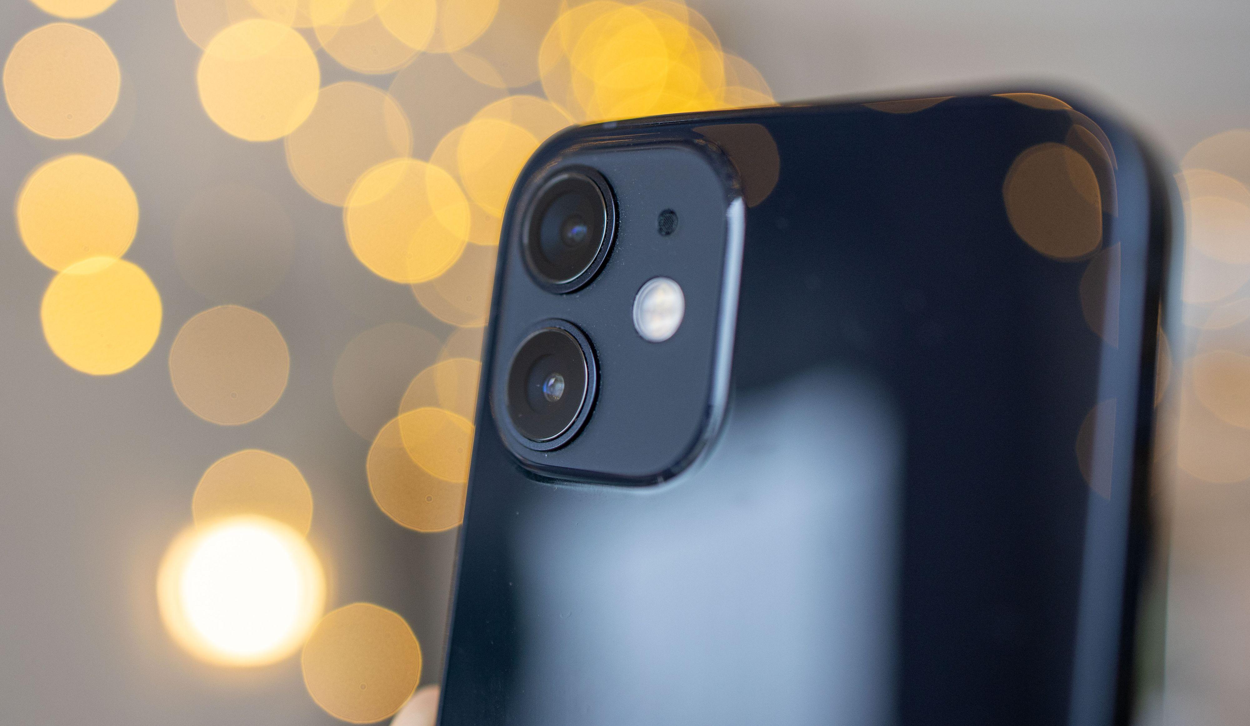 To kameraer på baksiden - vidvinkel og hovedkamera.