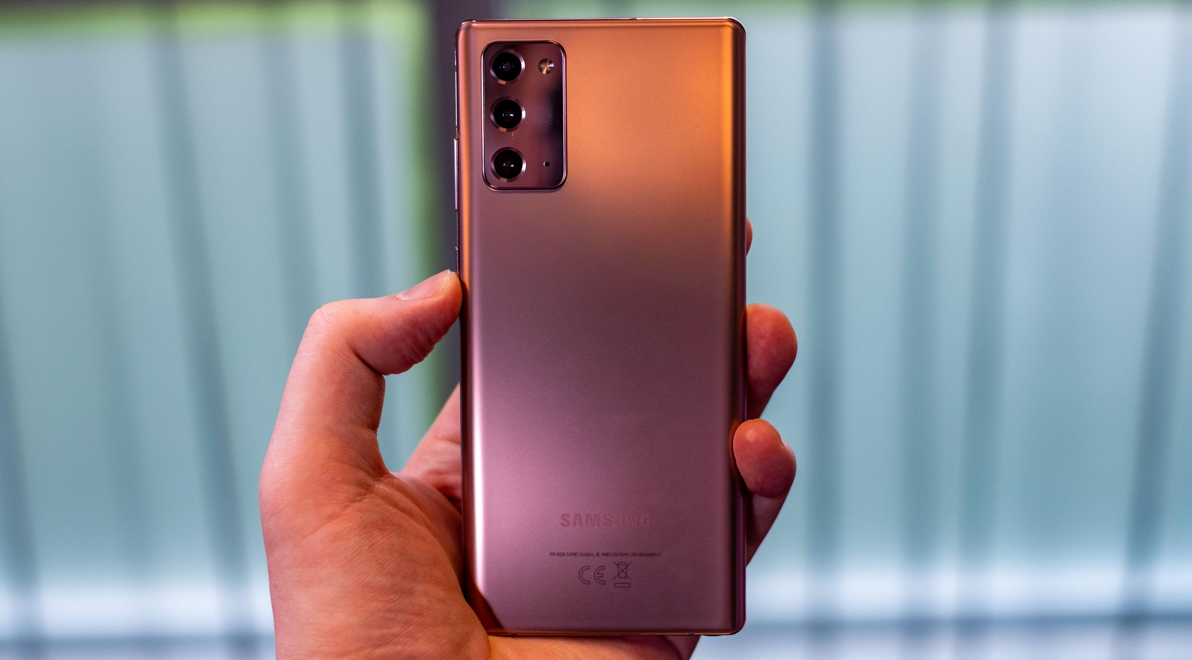 Galaxy Note 20 ser flott ut, og i bronse er den kanskje den mest fotogene av de to telefonene jeg fikk klå på - men vær obs på at baksiden her er i plast.