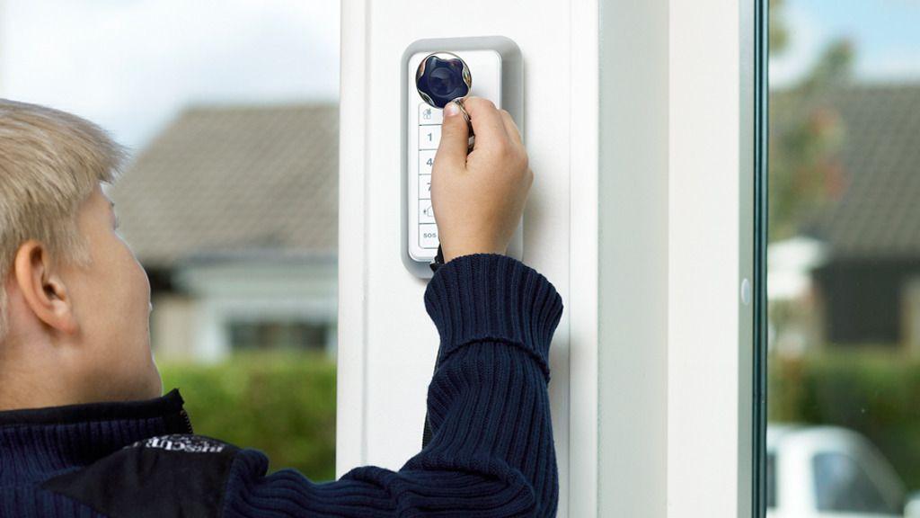 En digital lås kan låses opp med NFC-nøkkelen eller via en app.Foto: Verisure