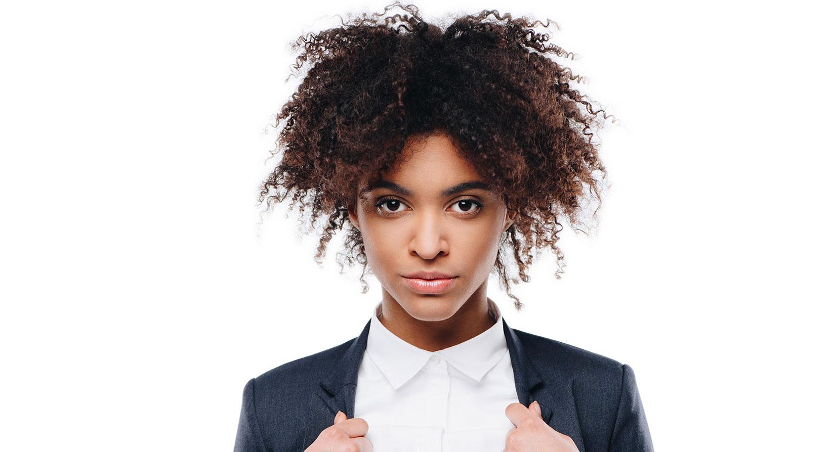 Krulligt hår har naturlig volym och struktur.