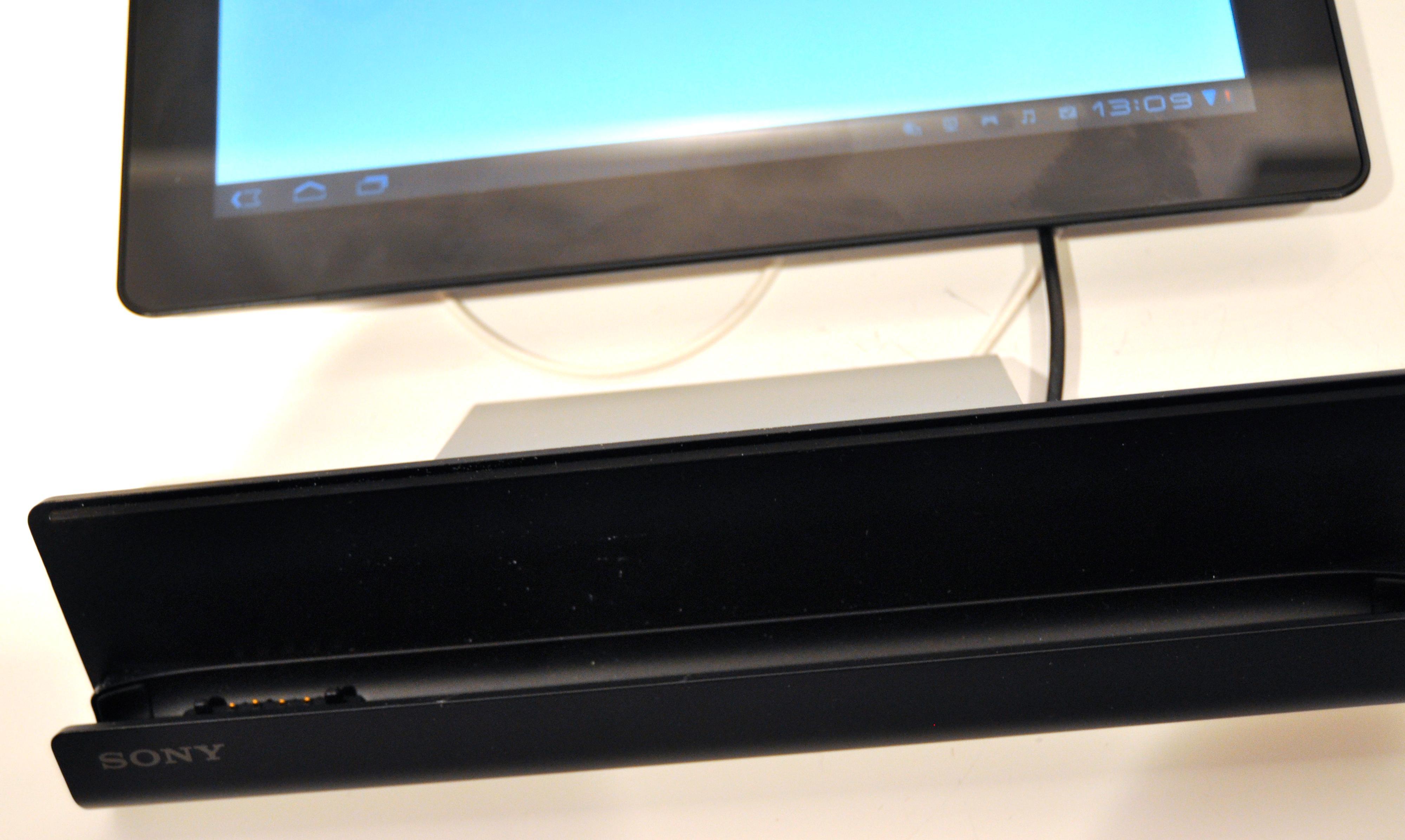 Sony har laget mye tilbehør for Tablet S, men ingenting av det følger med. Her er en ladekrybbe. Du får også kjøpt overgang til vanlig USB-inngang.