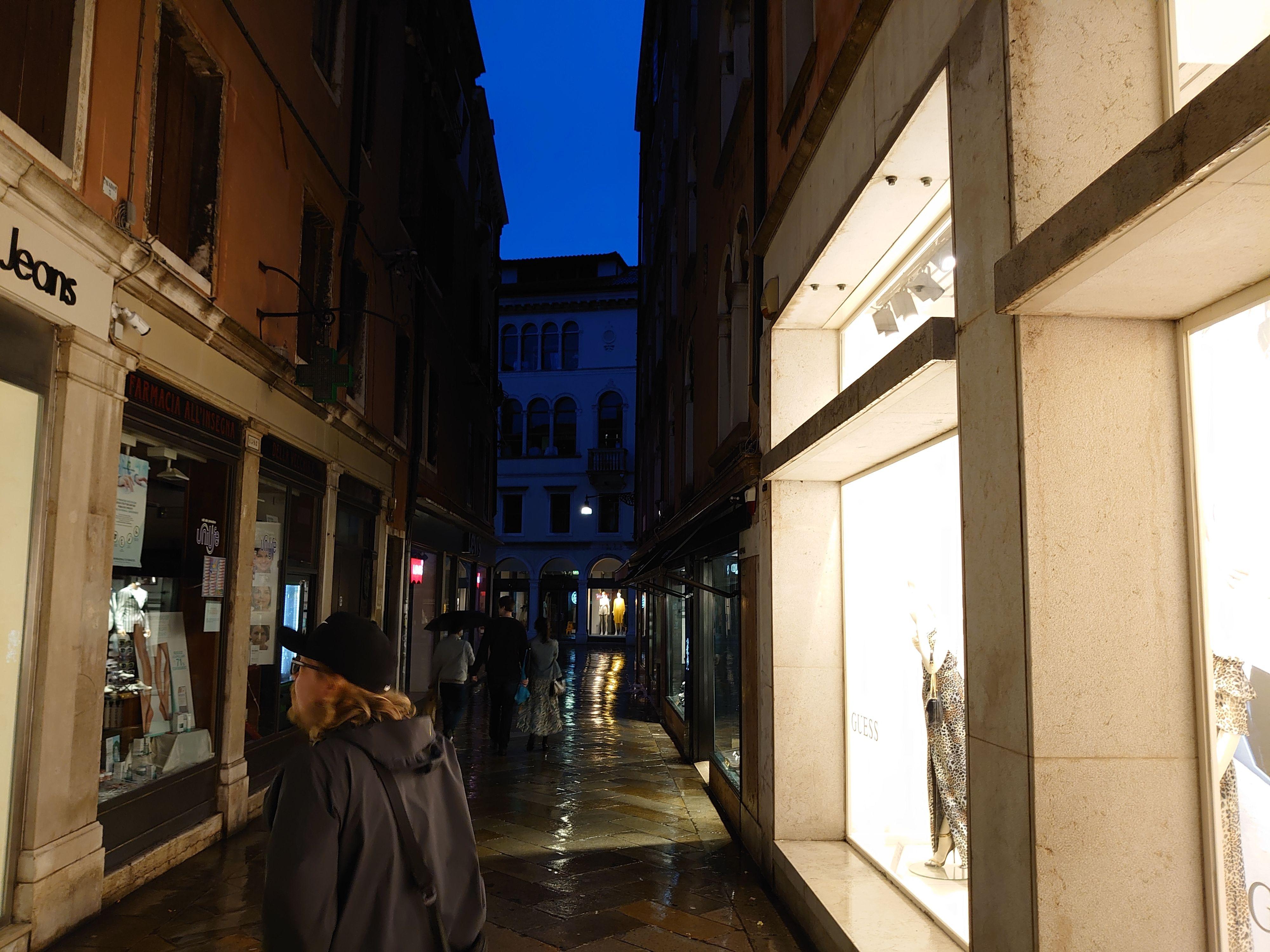 Venezias trange gater er et perfekt sted å prøve ut nye kameramobiler - selv om det primært blir jordtoner på fargefronten.