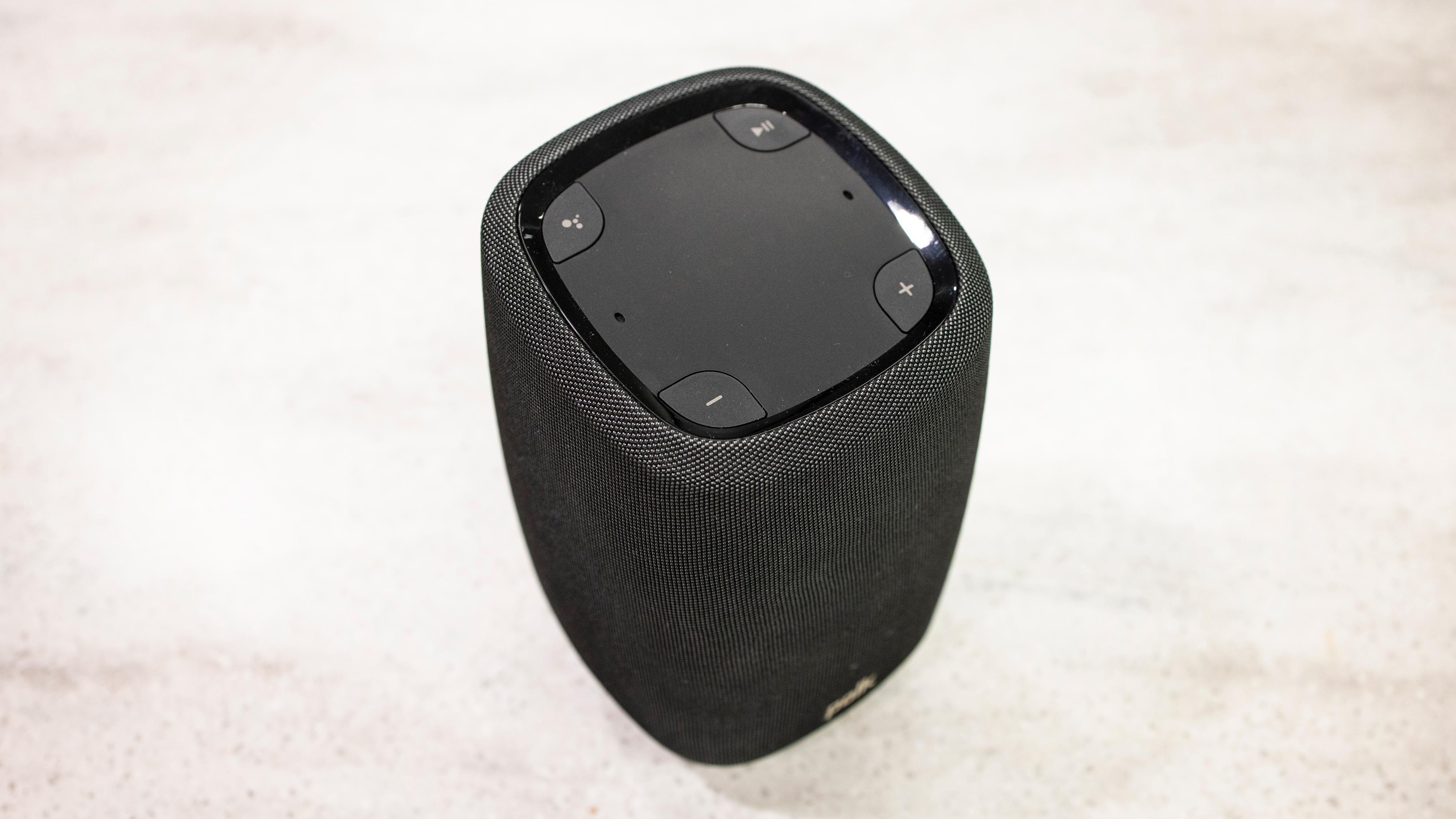 Fire knapper på toppen av høyttaleren, i tillegg til en stripe av lysdioder som angir volum og om høyttaleren lytter.