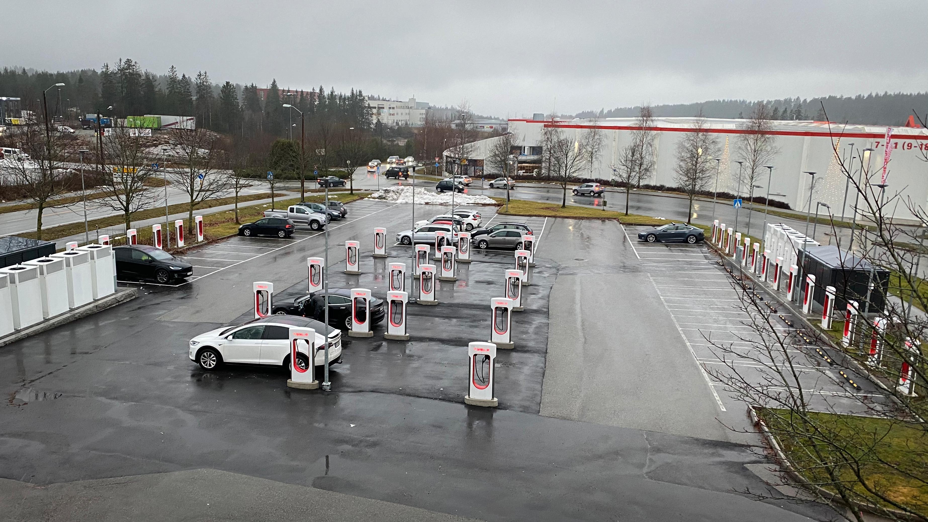 Nå åpner Tesla laderne for andre elbiler