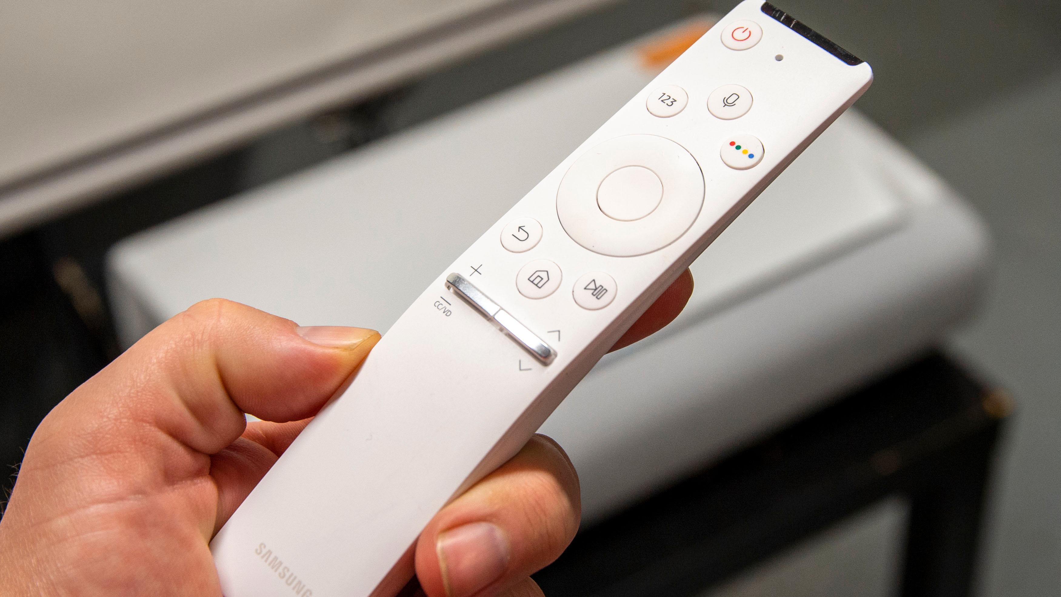 Fjernkontrollen er lik den du finner hos TV-ene til Samsung.