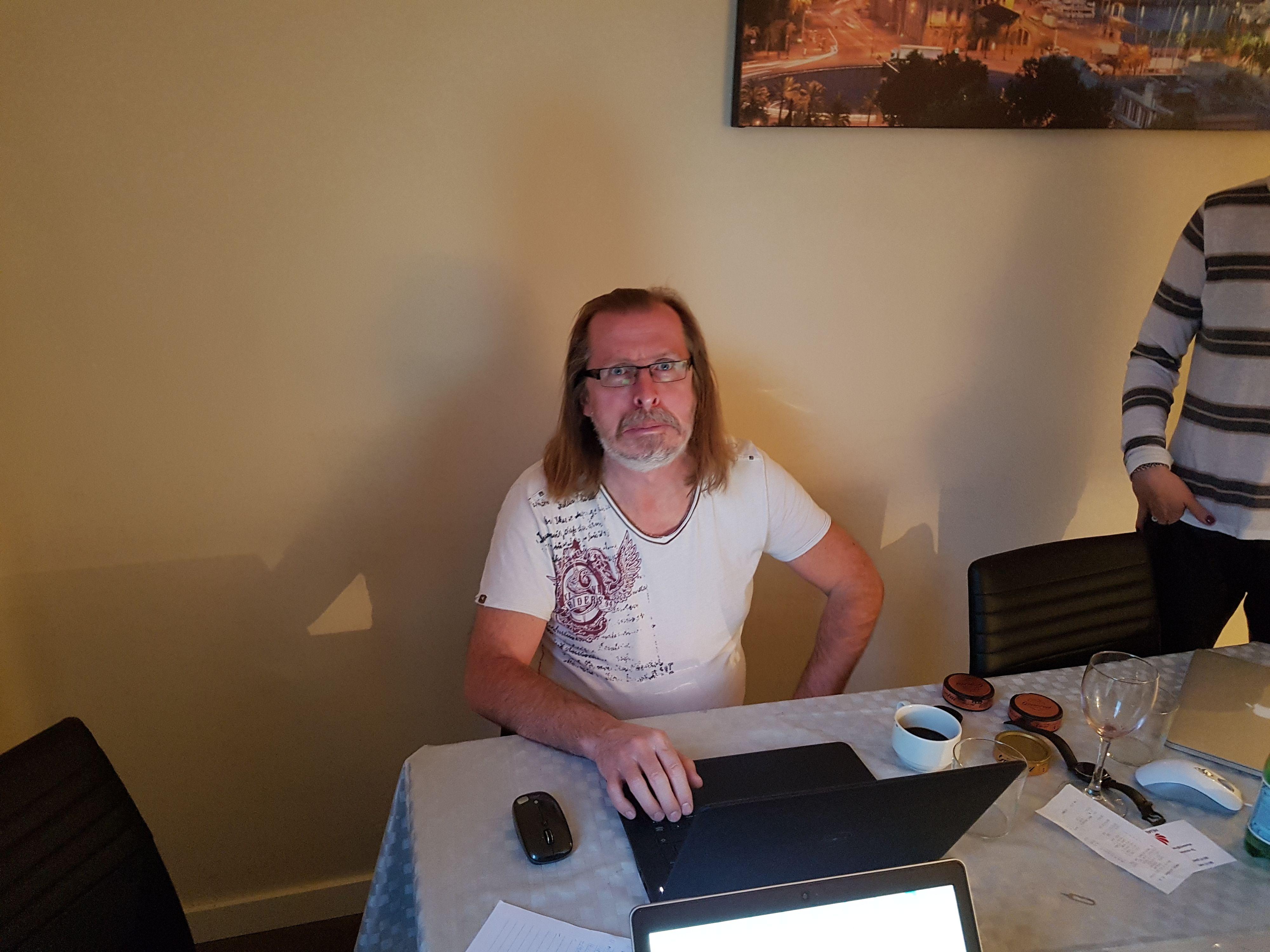 Kollega Håvard Fossen fanget i elendig lys og midt i en grimase. Morskheten gjengis upåklagelig av Galaxy S7.