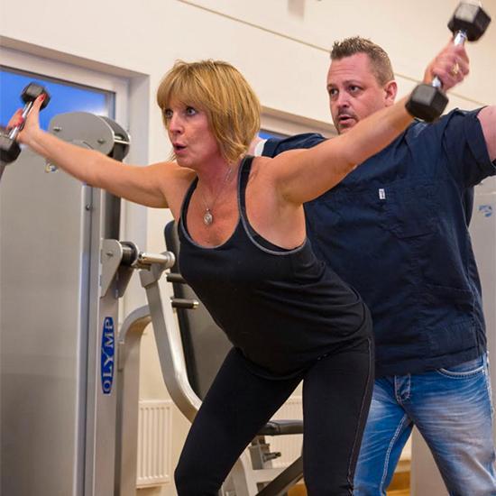 Lena tränar med naprapaten Mikael Du Reitz, som lidit av samma åkomma.