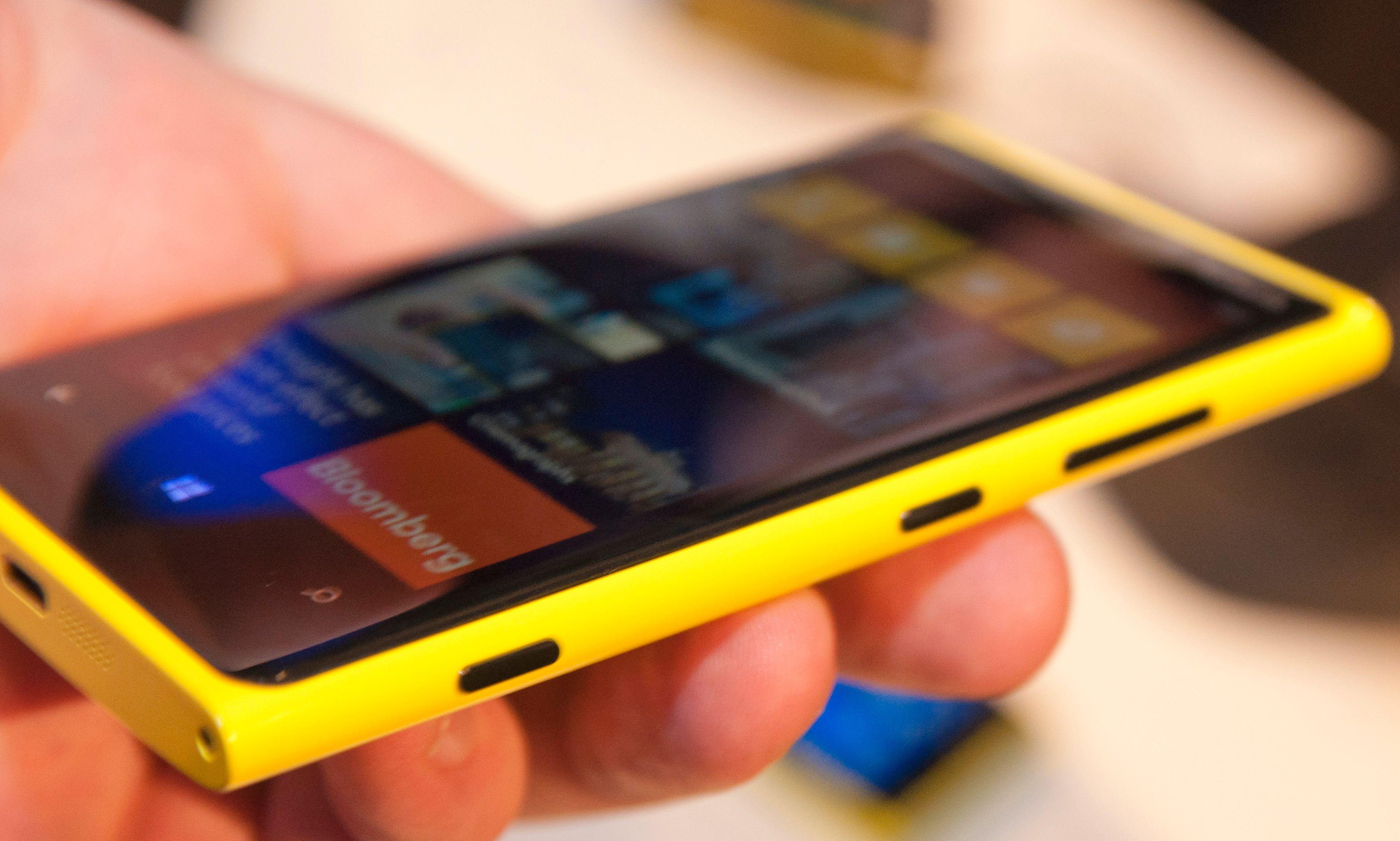 I likhet med forgjengeren, Lumia 900, har Lumia 920 knappene på høyre side.