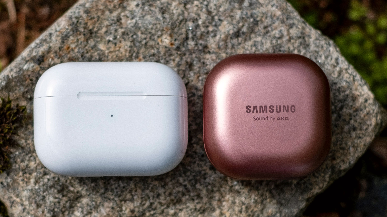 Størrelsesmessig er ladeetuiet til Galaxy Buds Live på størrelse med det som hører til AirPods Pro - det er vesentlig smalere, men tar igjen plassen med å være noen millimeter tykkere.