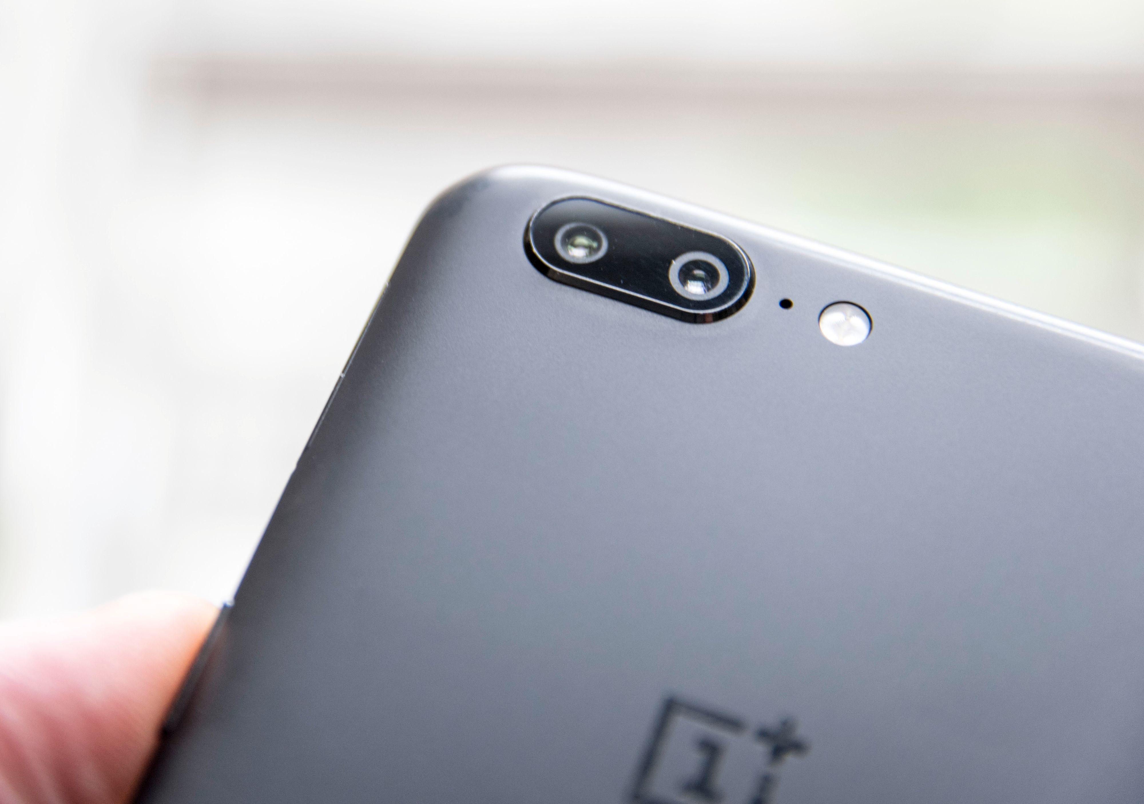 Den lille kameratuten på baksiden har et par trivelige egenskaper, så som 1,6 ganger optisk zoom. Men det er litt mye støy i bildene denne telefonen tar.