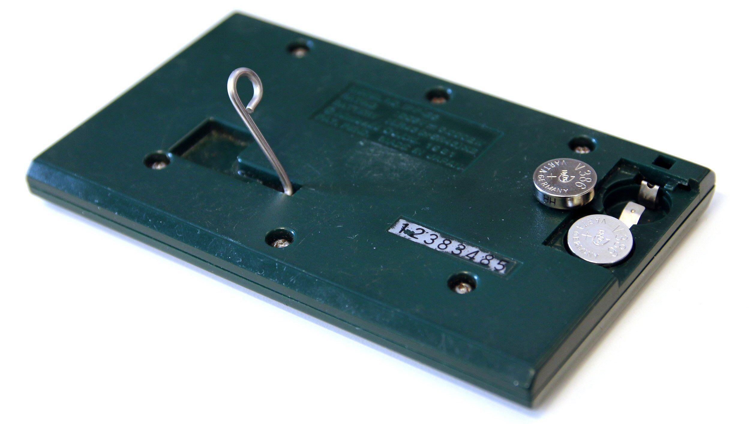 De vanlige spillene hadde støtteben som gjorde den til en dekorativ klokke. Alarm hadde den også. Batteriene var av samme type som ble brukt i blant annet kalkulatorer. Foto: Vegar Jansen, Tek.no