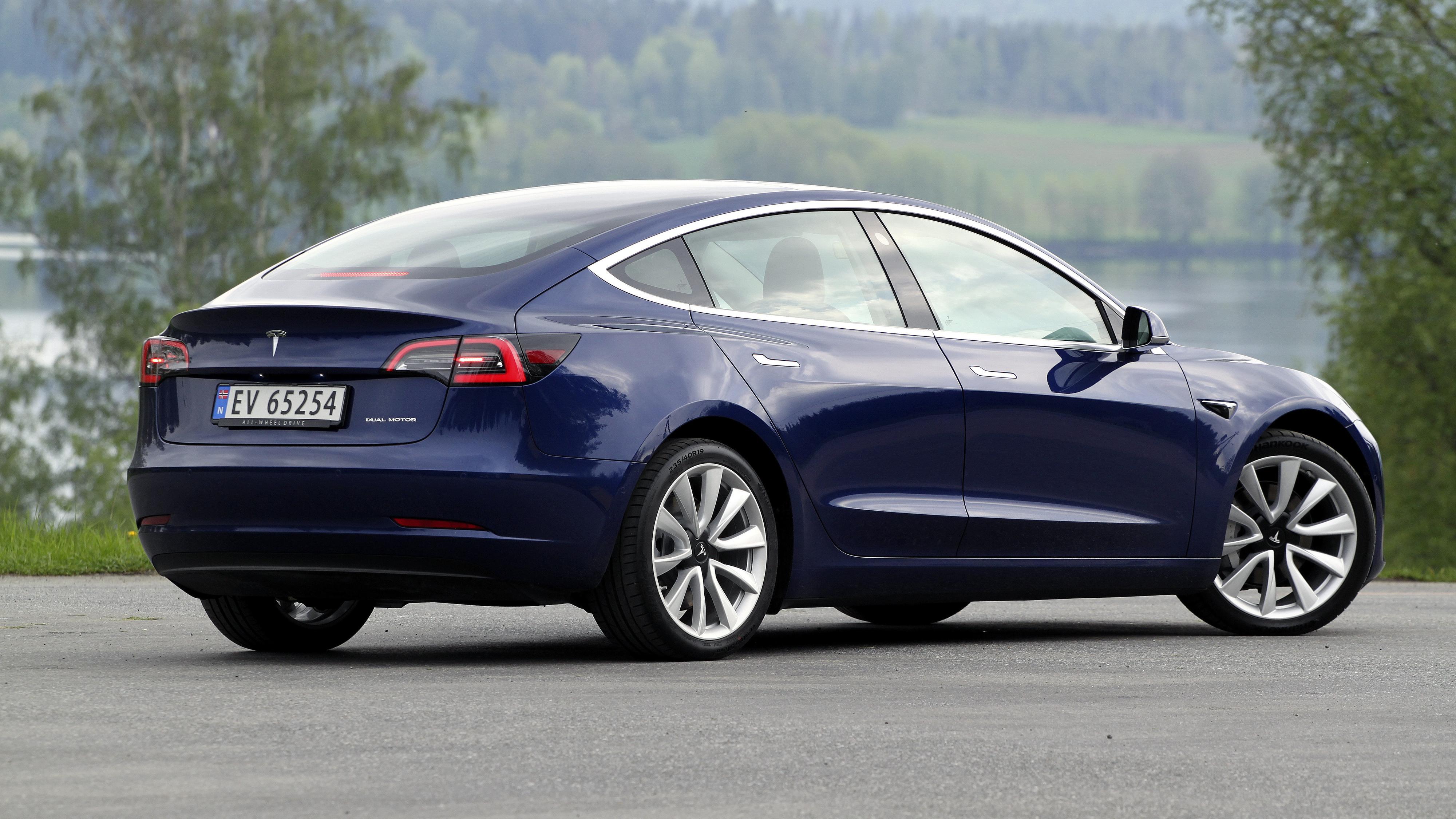 Tesla øker rekkevidden på Model 3, fjerner hengerfestet fra bestillingsprosessen