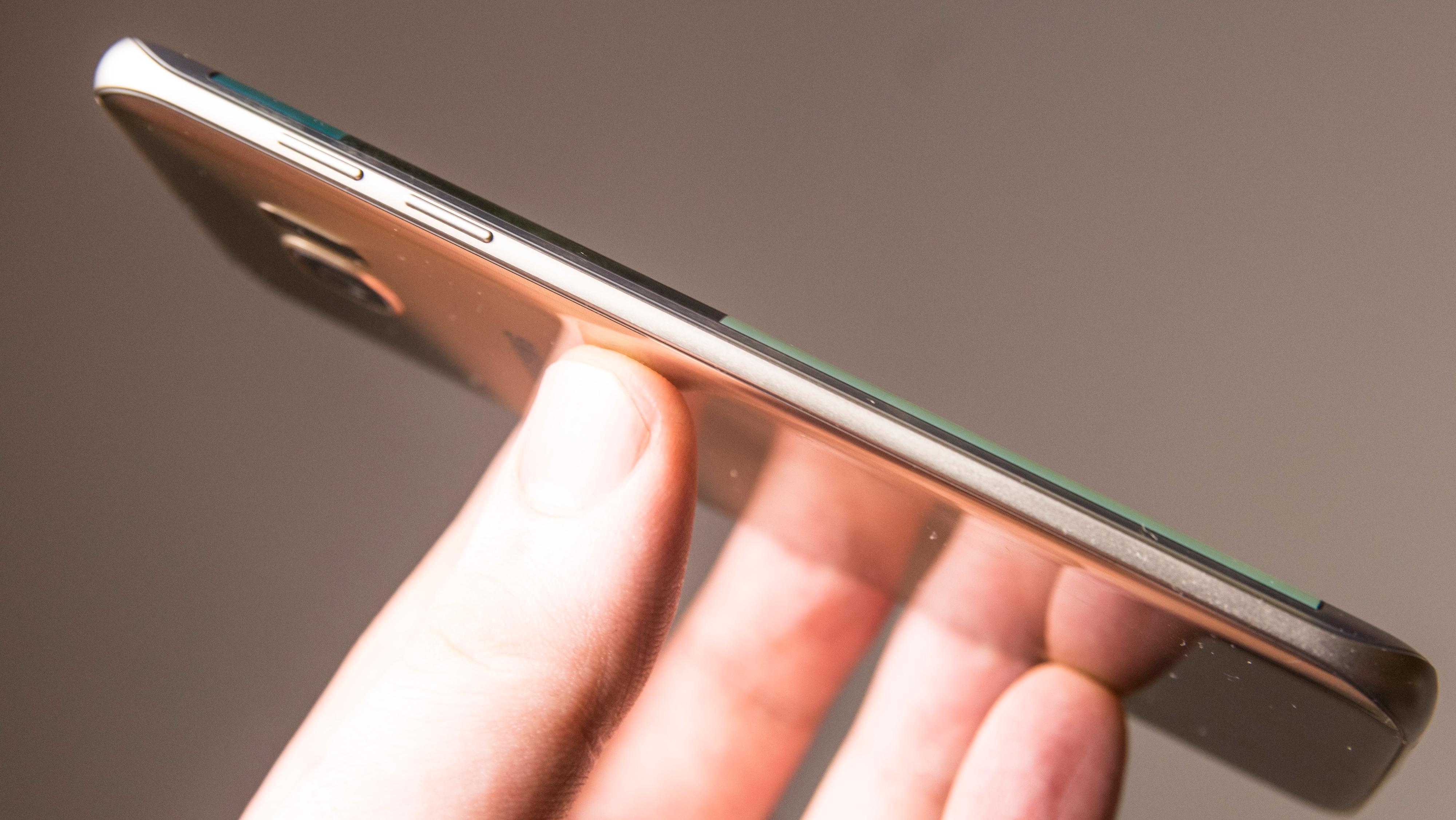 Note 7 skal visstnok komme med avrundet skjerm på begge sider og både på fronten og baksiden, som på S7 Edge, her avbildet.