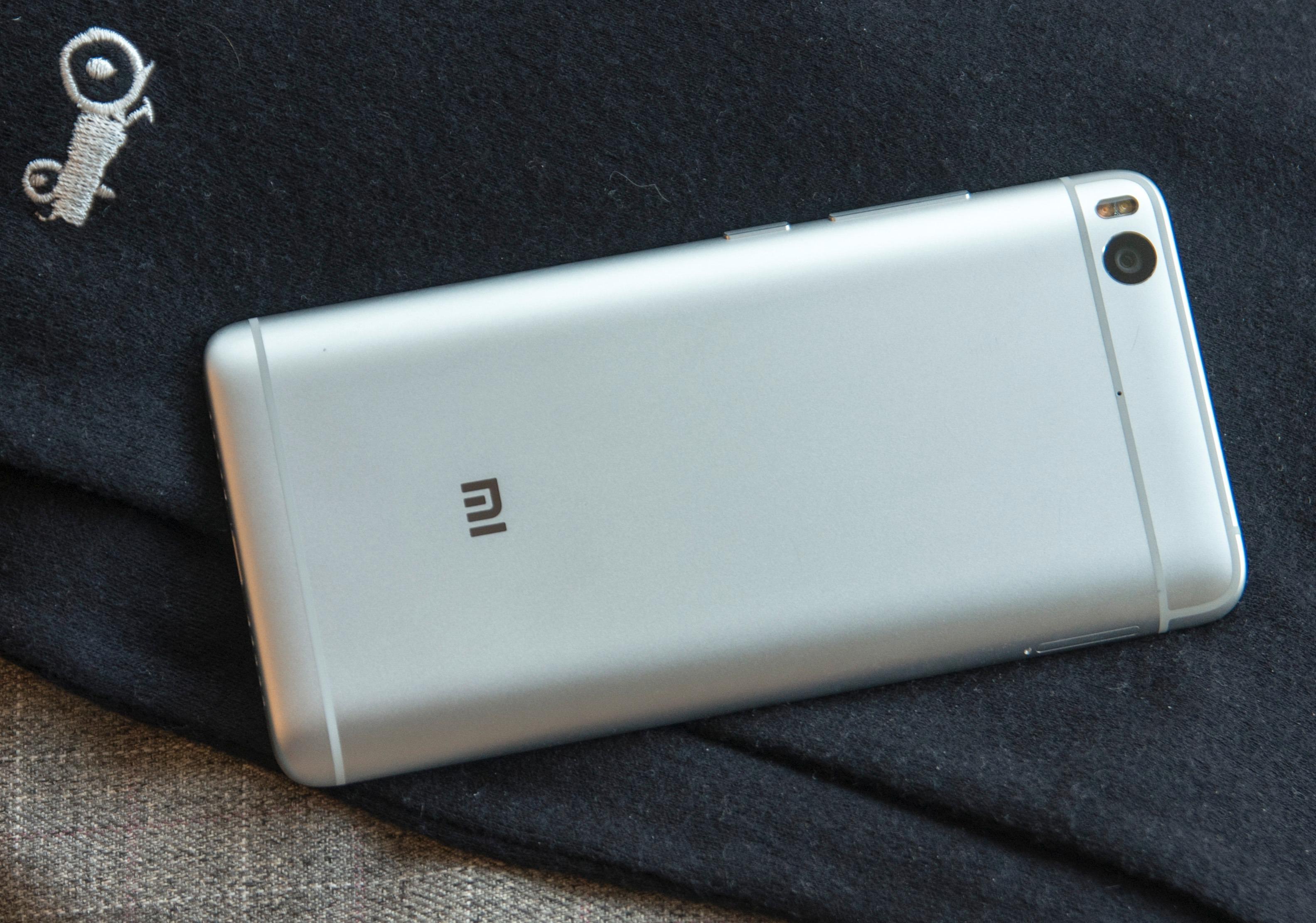 Xiaomi Mi 5S er stilren men ganske anonym i designen. Antennebåndene har vi etter hvert sett i en haug forskjellige telefoner.