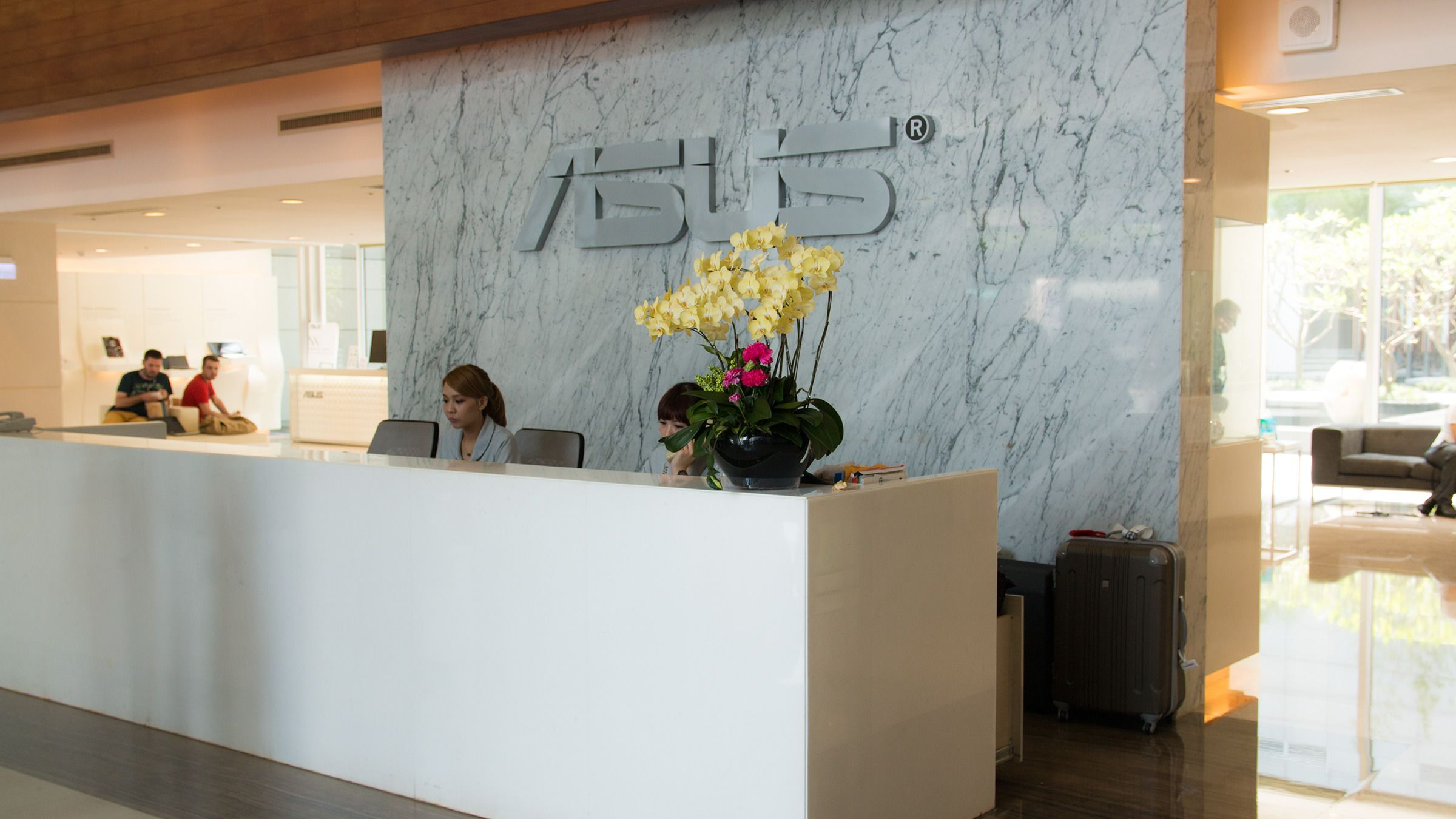 Lobbyen i Asus' hovedkvarter er lys, åpen og luftig, og det er stadig noen som kommer og går.Foto: Varg Aamo, Hardware.no