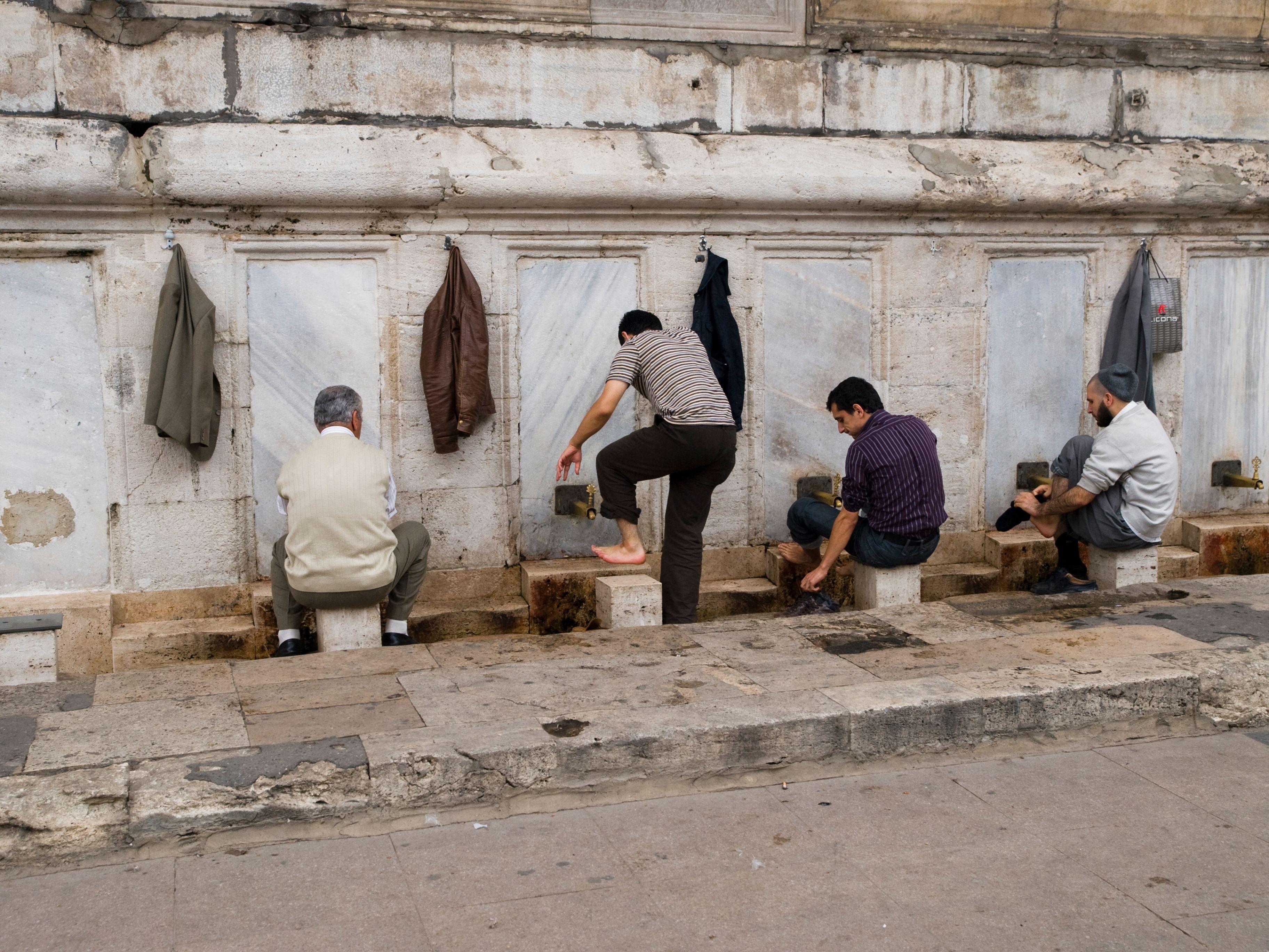 En liten fotvask må til før man går inn i moskèen
