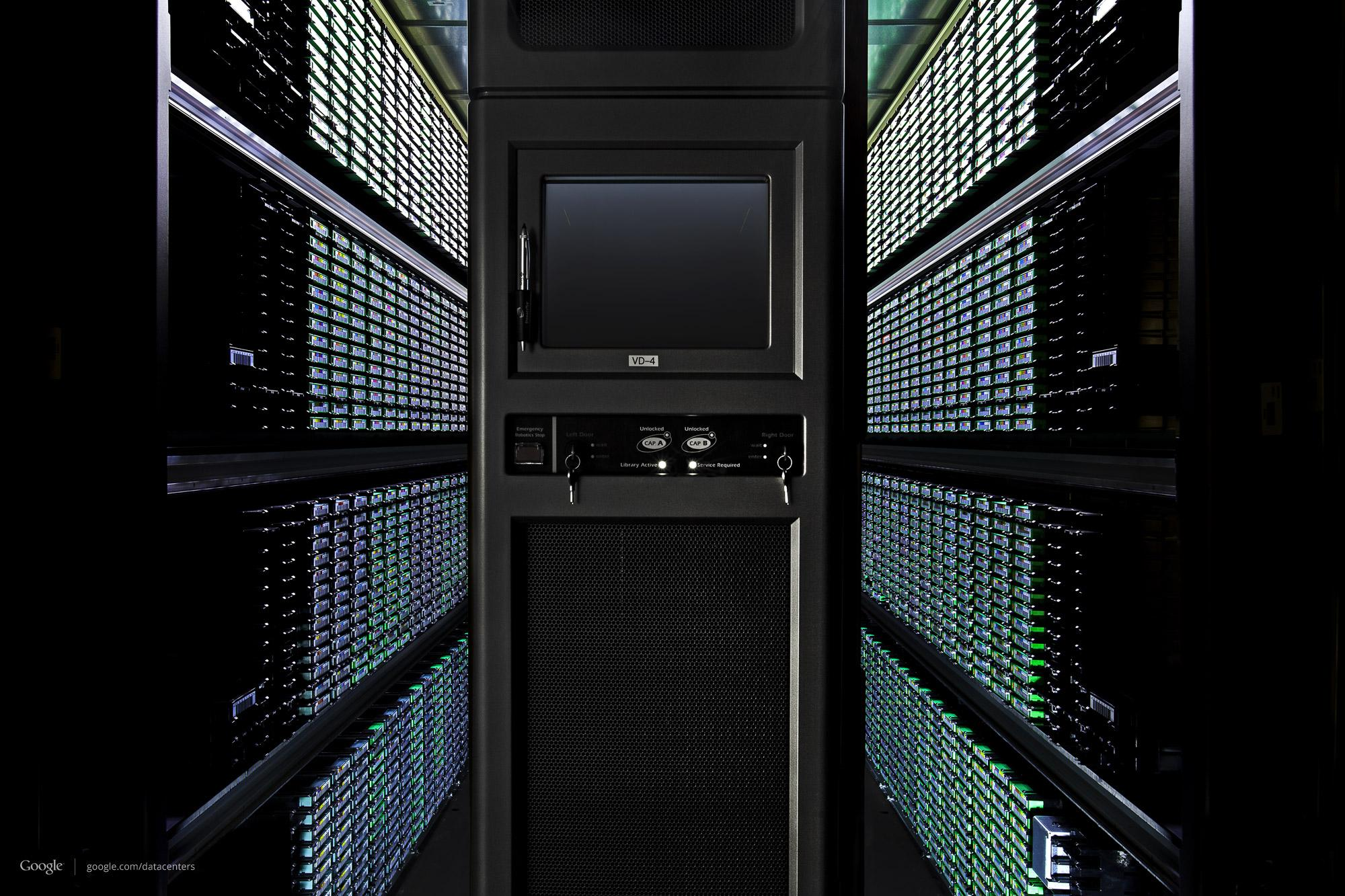 Hver kasett har en strekode, slik at Google alltid vet hva som er lagret der.Foto: Google/Connie Zhou