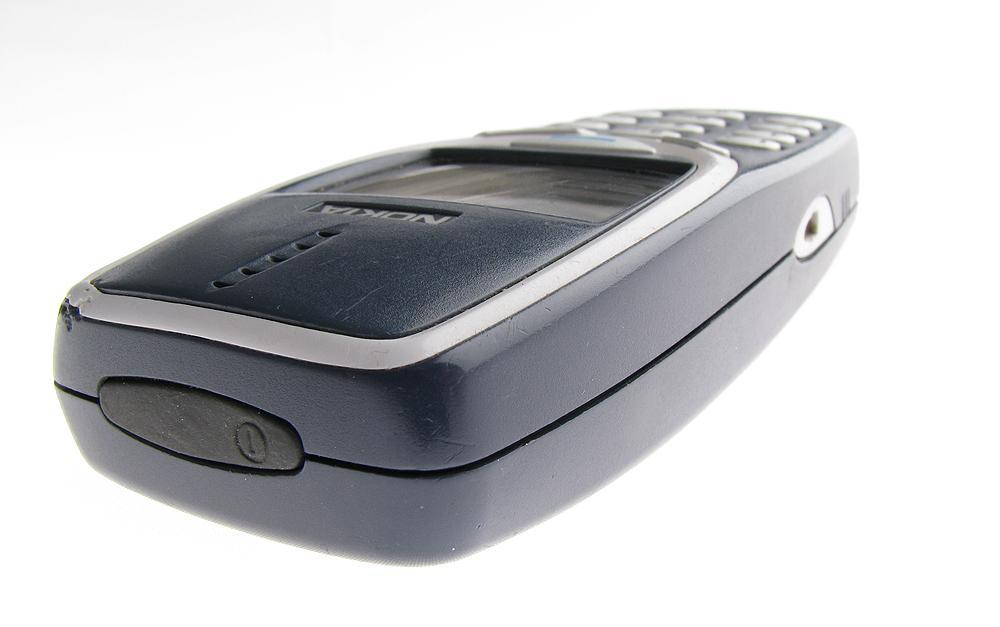 Av- og på-tasten sitter på toppen av telefonen.