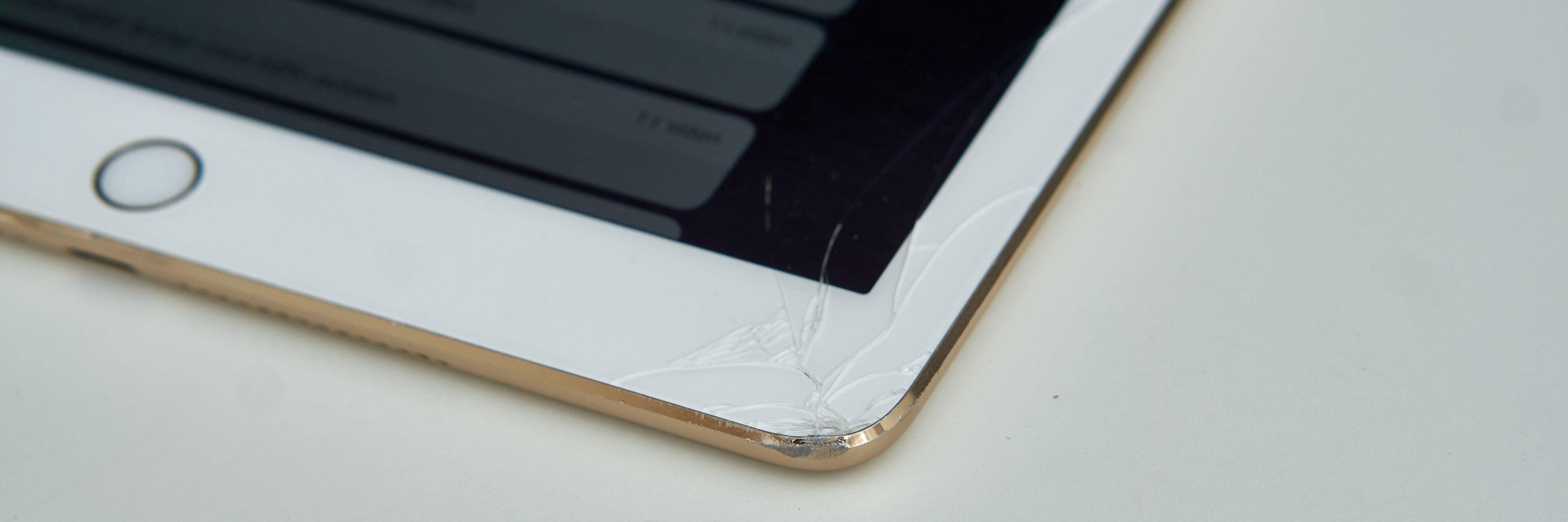 Her hadde iPad-en falt i gulvet og knust.