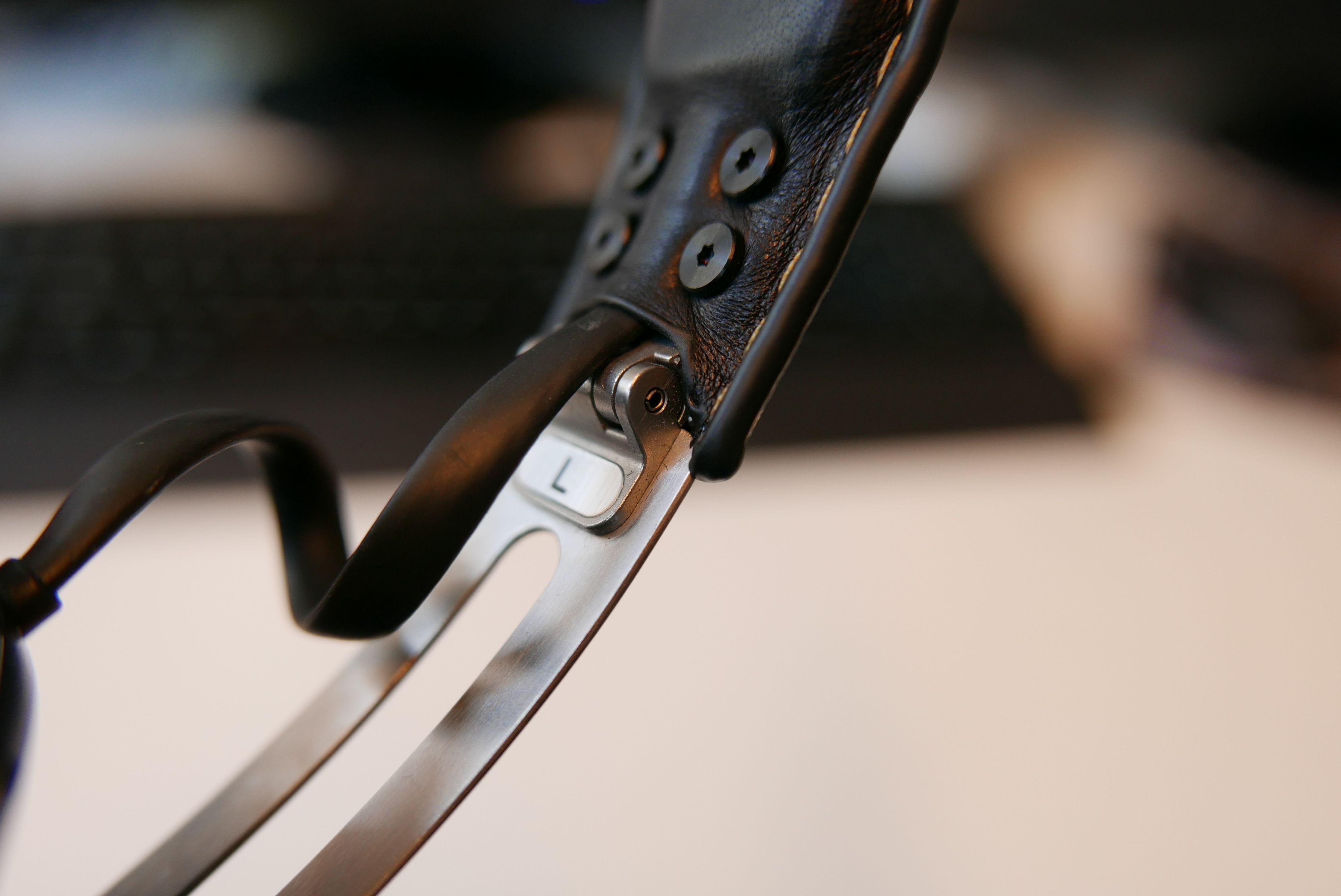Et hengsel på bøylen lar deg folde sammen klokkene.
