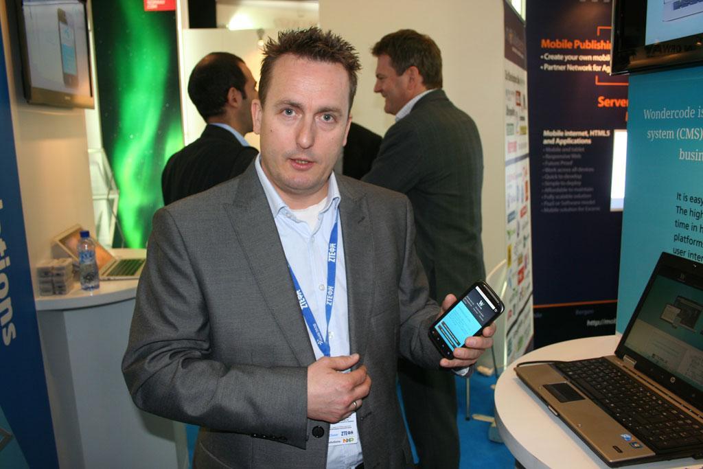 Sven-Erik Knoff i Wondercode sier de har brukt 16.000 arbeidstimer på utvikle publiseringssystemet de viser frem på MWC.