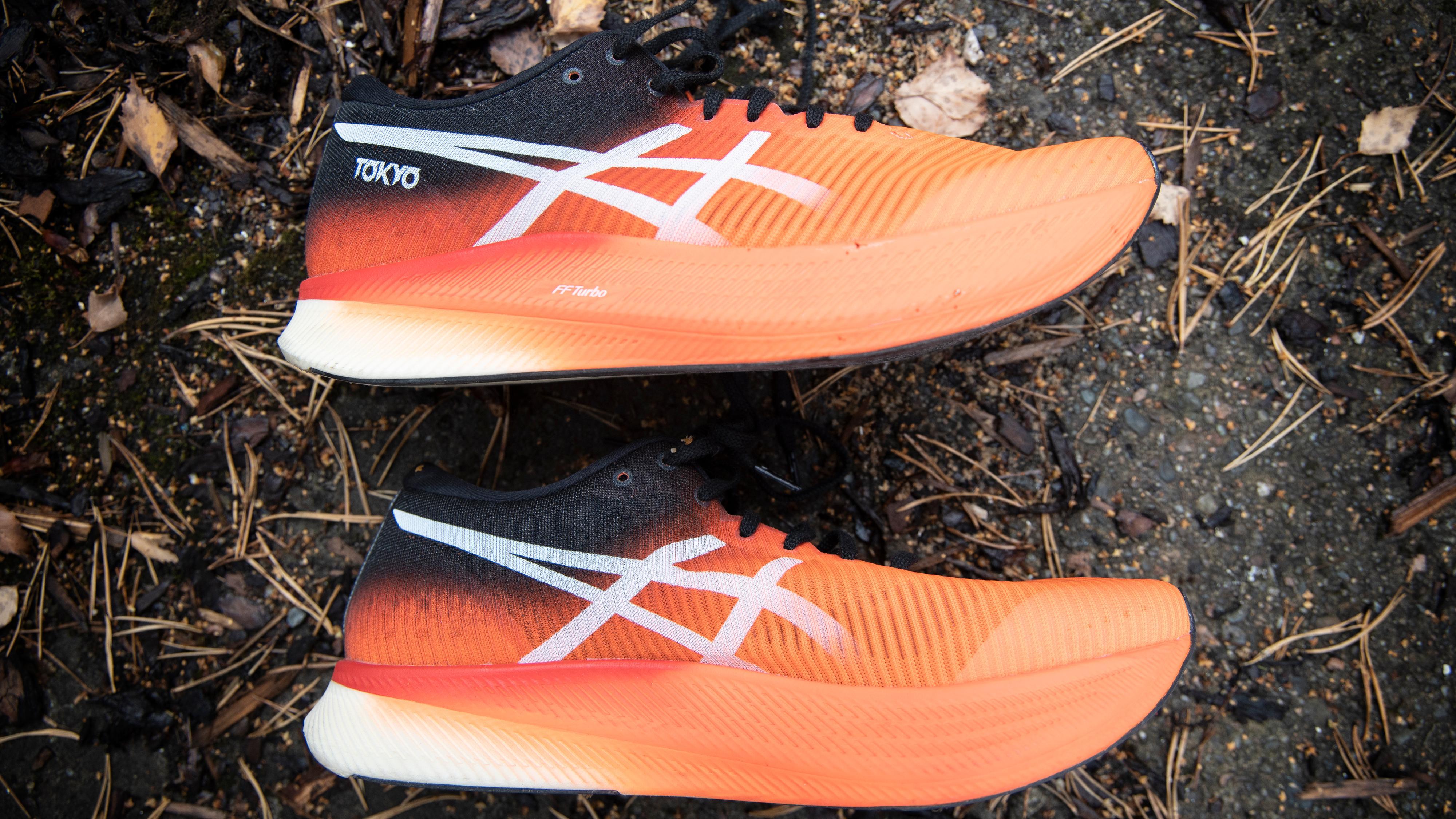 Dropp-tallet på fem millimeter lyver egentlig litt for Asics-skoene, siden hælen også er litt løftet fra bakken.